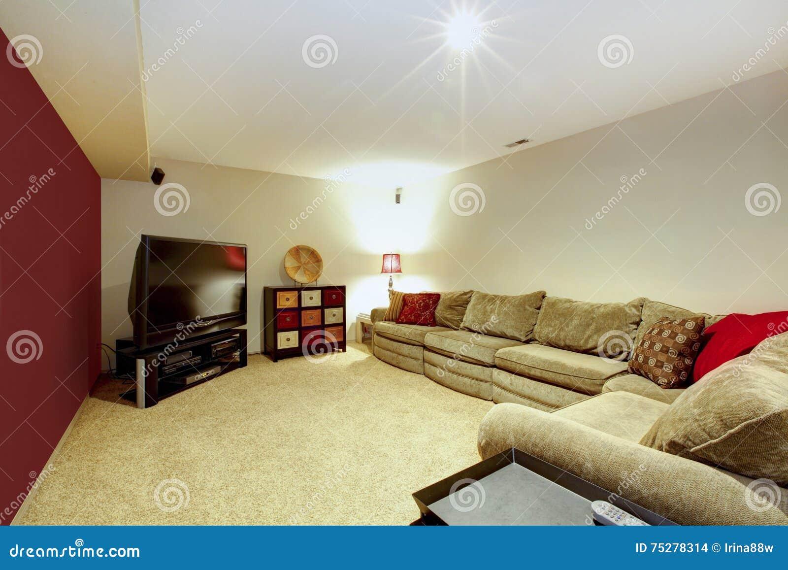 Intérieur De Salon Avec Le Sofa Beige, La Moquette Et Le Mur Rouge ...