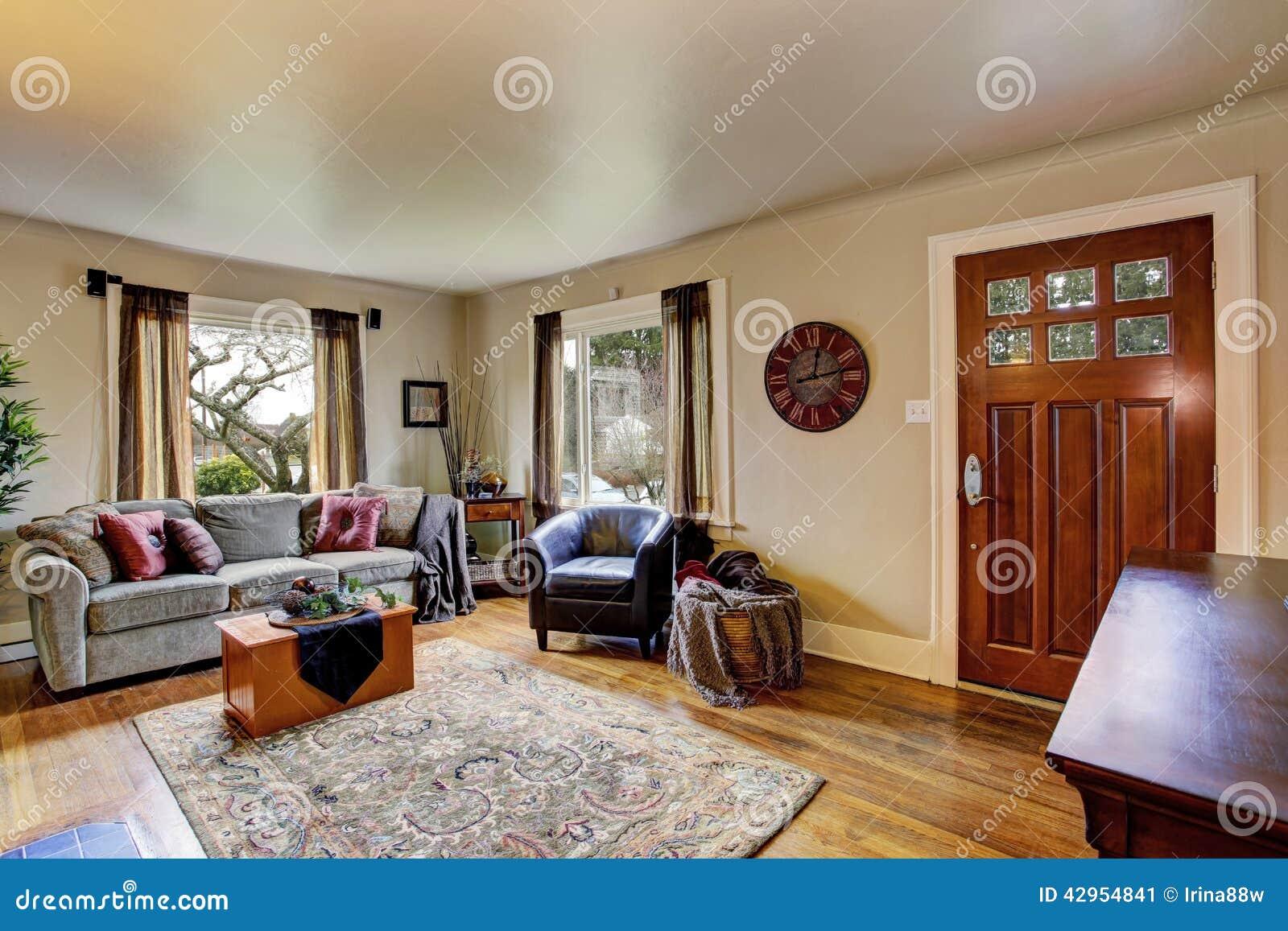 int rieur de salon dans la maison am ricaine image stock. Black Bedroom Furniture Sets. Home Design Ideas