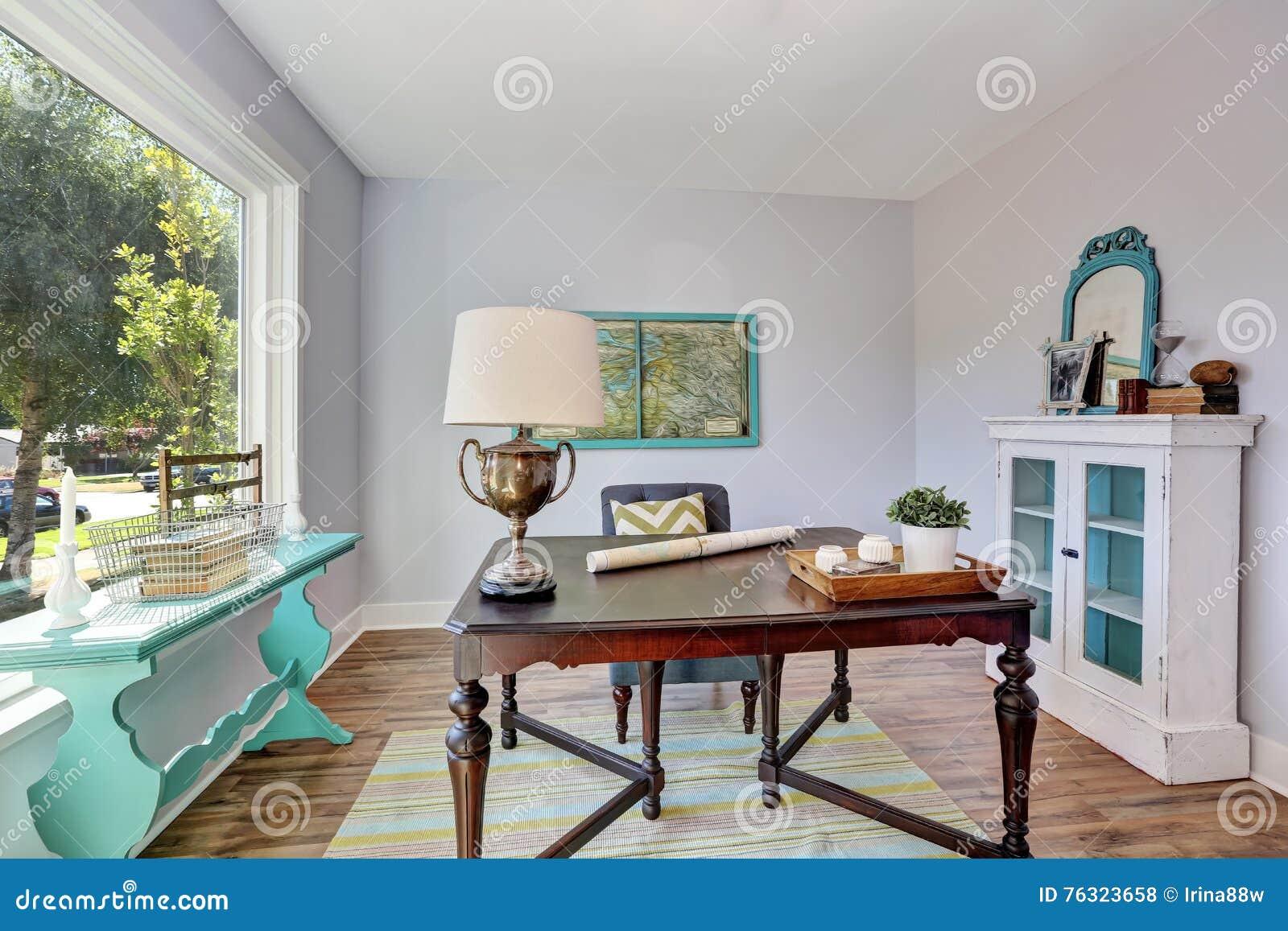 Intérieur de siège social bureau en bois de vintage dans la maison