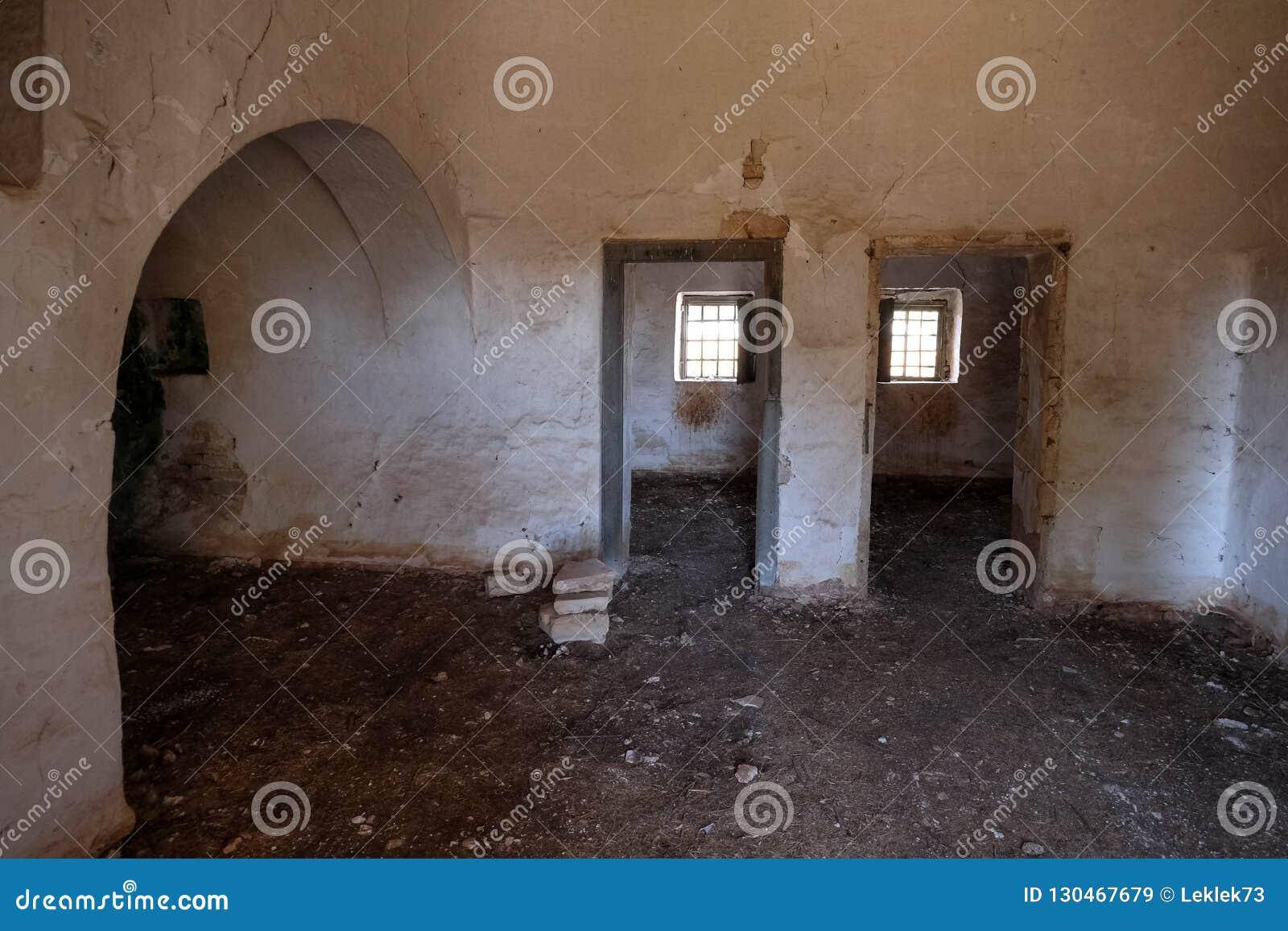 Intérieur de vieille maison abandonnée de Trulli avec les toits coniques multiples dans le secteur de Cisternino/d Alberobello en