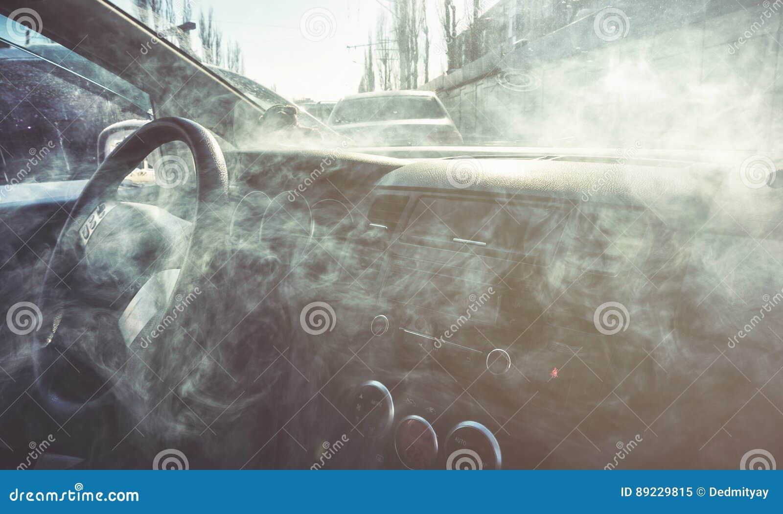 Intérieur de voiture en fumée ou vapeur Vape à l intérieur de voiture Peut être employé comme feu dans l automob