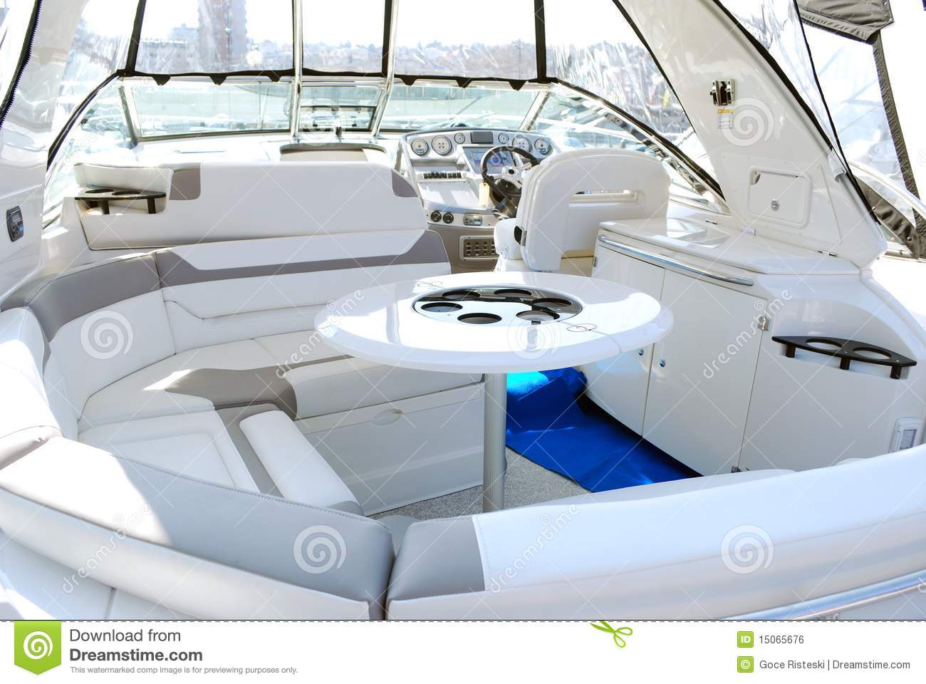 int rieur de yacht avec la table image libre de droits. Black Bedroom Furniture Sets. Home Design Ideas