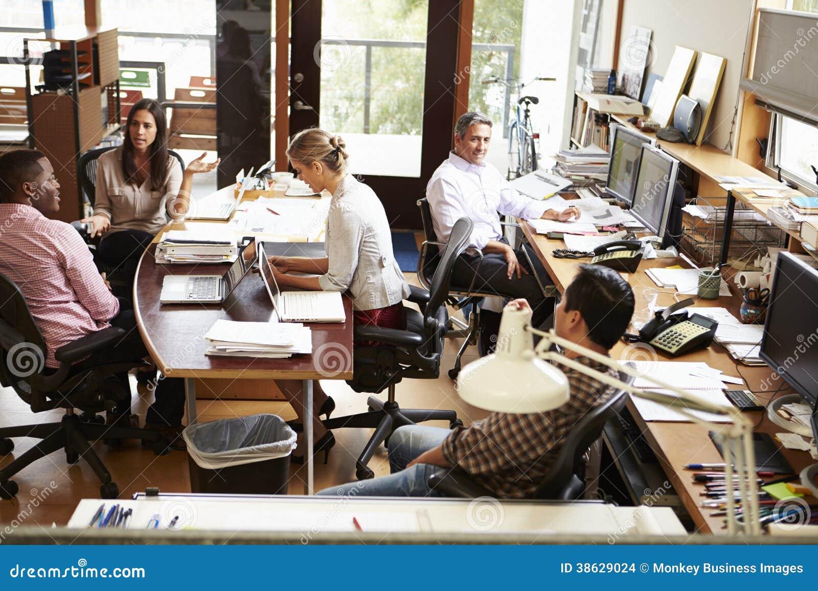 Intérieur du bureau d architecte occupé avec le fonctionnement de personnel