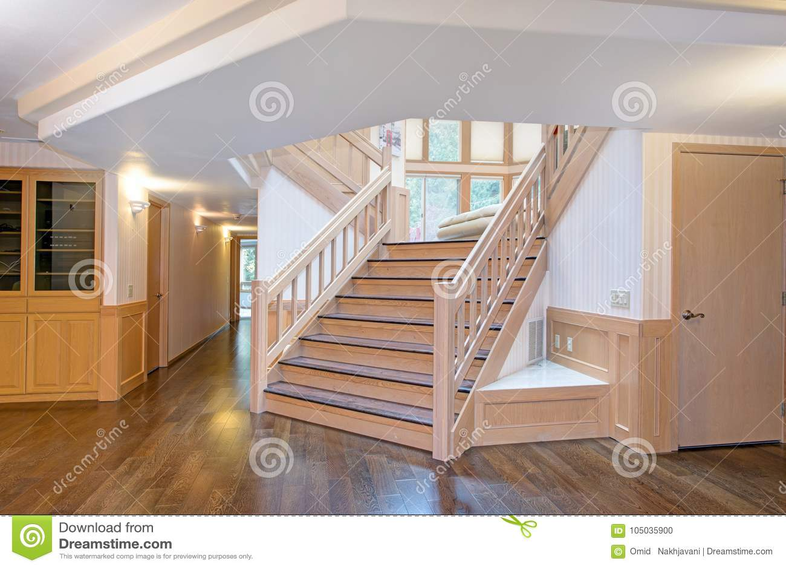 Interieur En Bois Blanc De Couloir Accentue Avec Un Bel