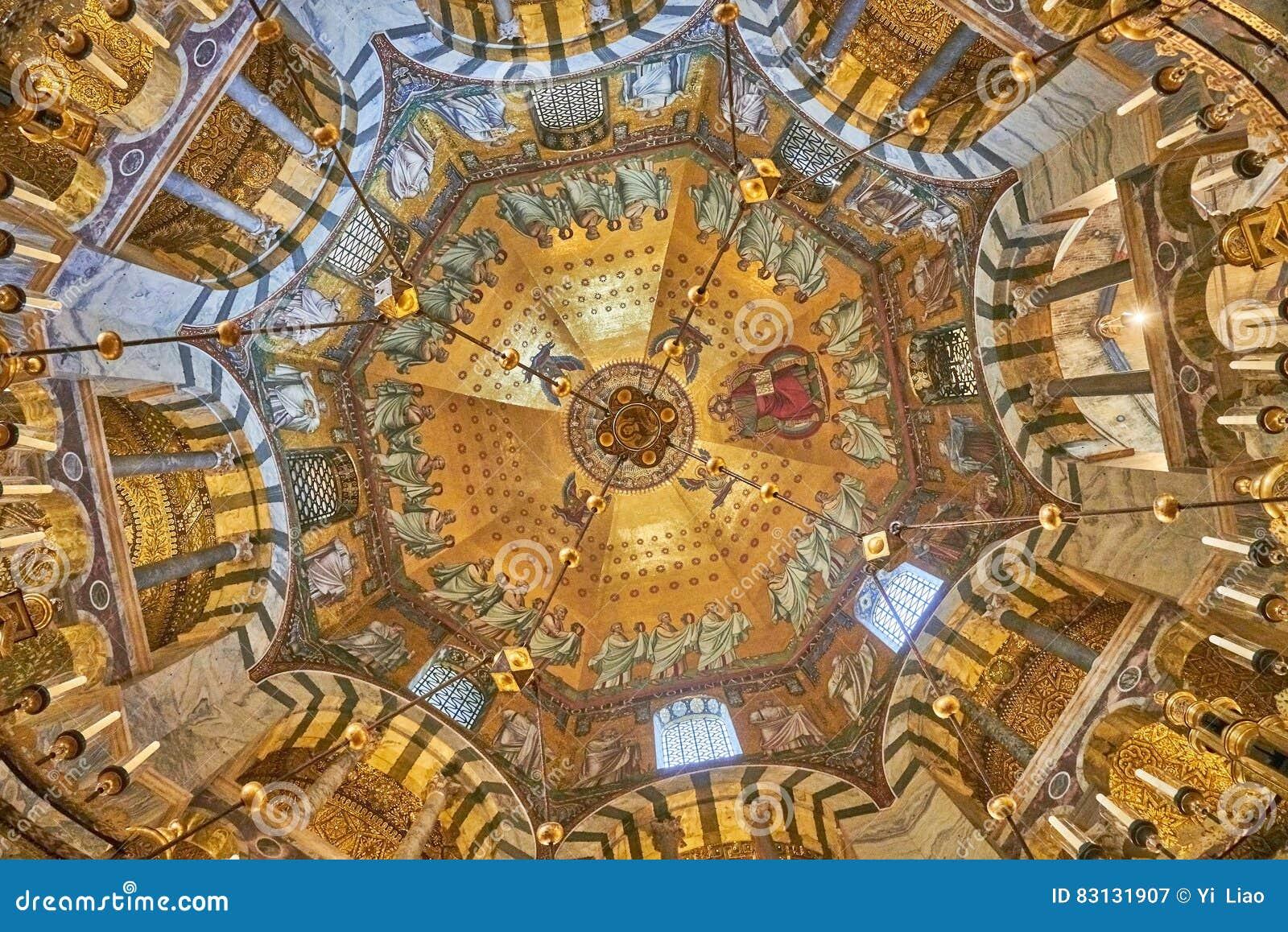 Intérieur en forme d octogone de la cathédrale d Aix-la-Chapelle