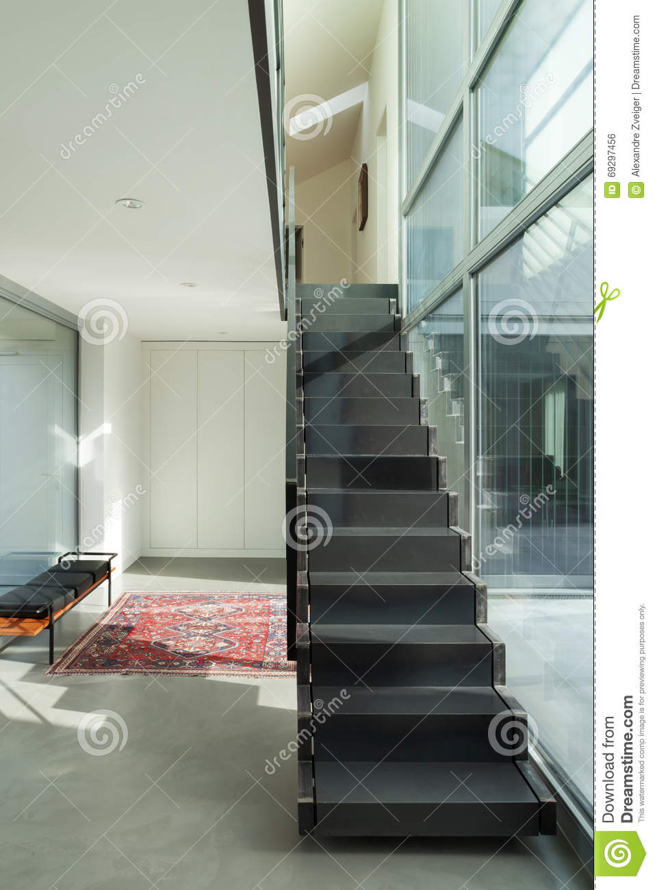 int rieur escalier de fer d 39 une maison moderne photo stock image du cement fond 69297456. Black Bedroom Furniture Sets. Home Design Ideas