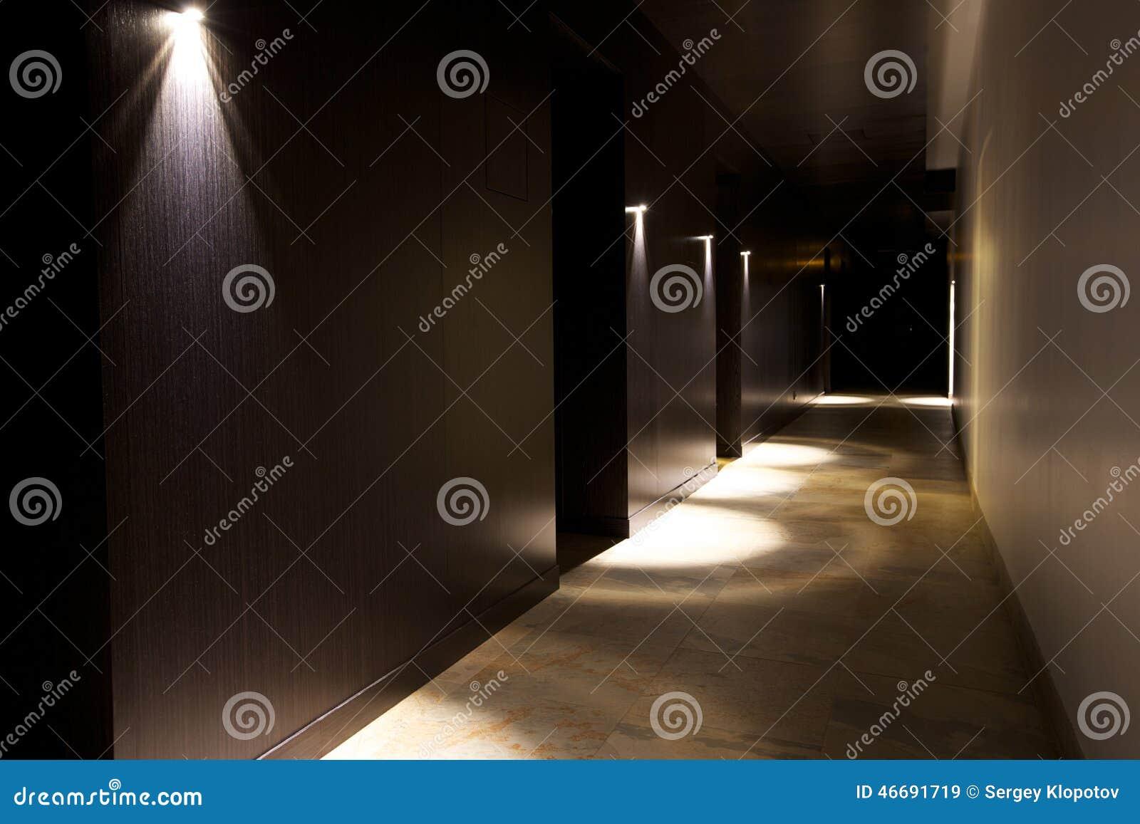 Intérieur foncé avec la belle lumière