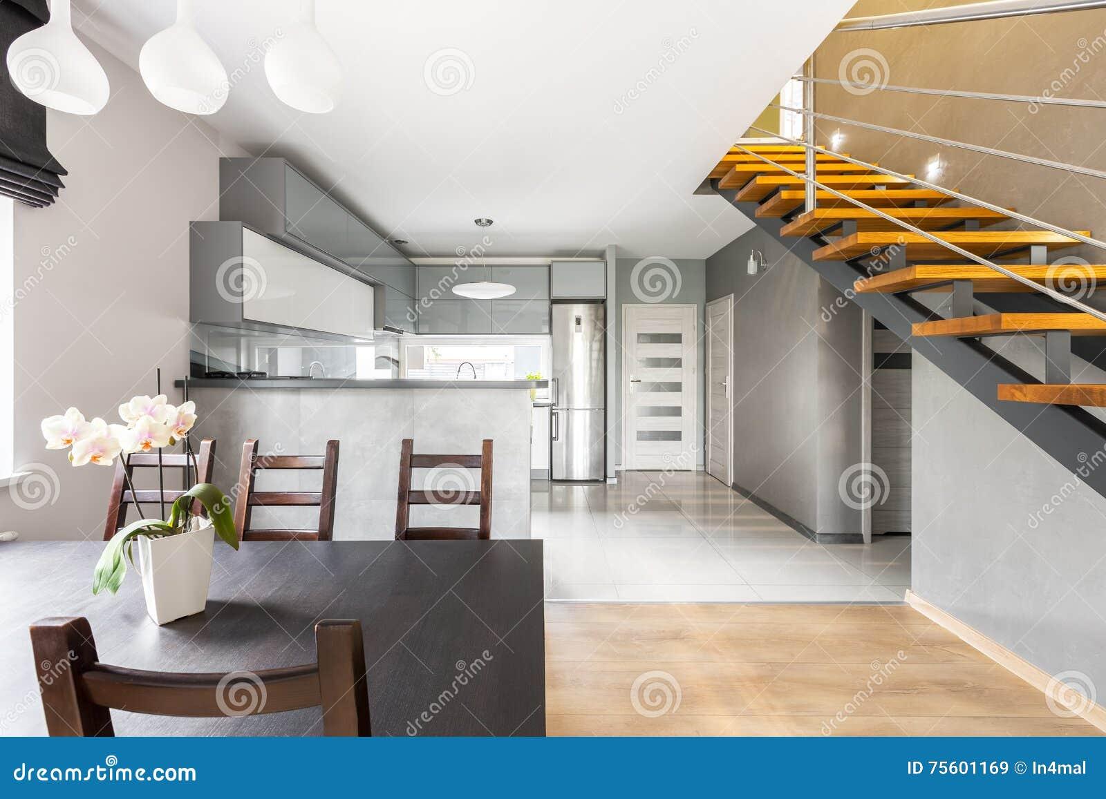 Intérieur Fonctionnel De Villa Avec L\'idée D\'escalier Image stock ...
