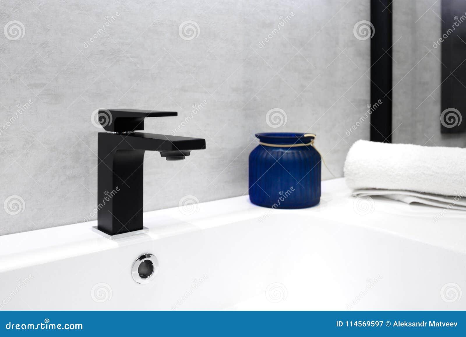 Intérieur Gris De Salle De Bains Avec Le Pot En Verre Bleu D ...
