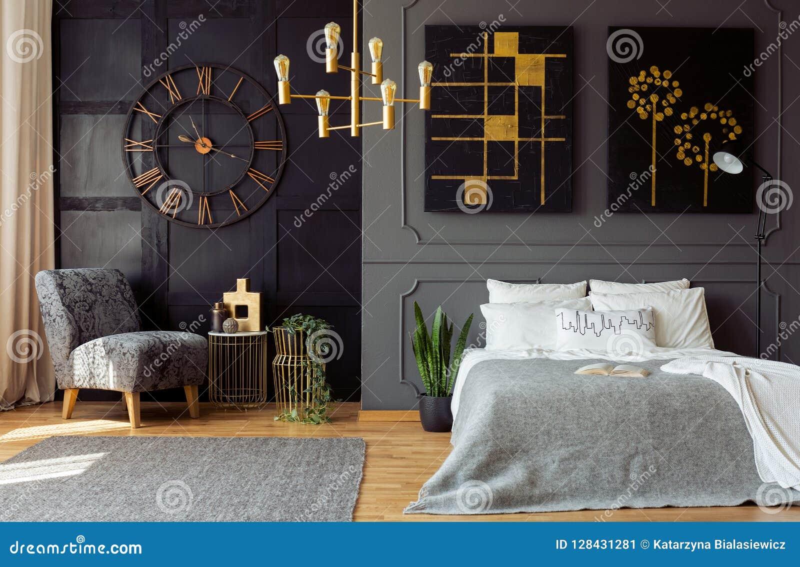 Chambre A Coucher Peinture Gris intérieur gris-foncé de chambre à coucher avec le bâti et le