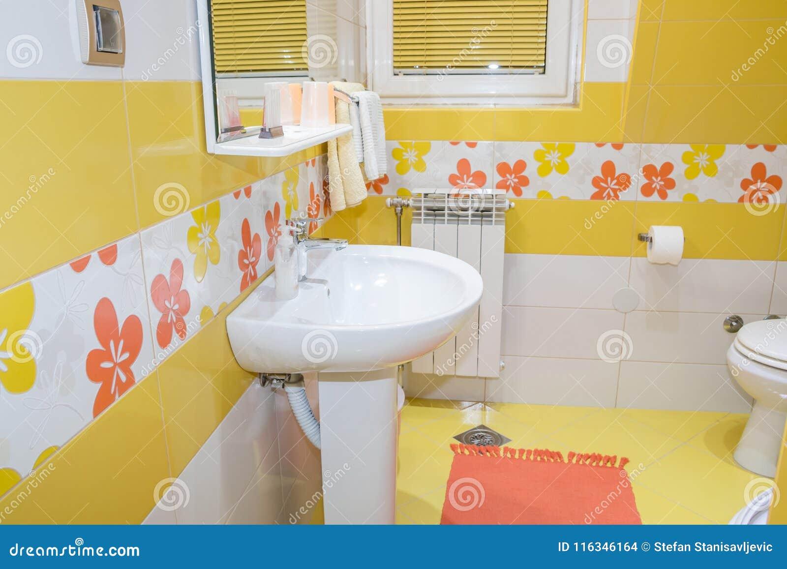 int rieur jaune de salle de bains photo stock image du fleur d cor 116346164