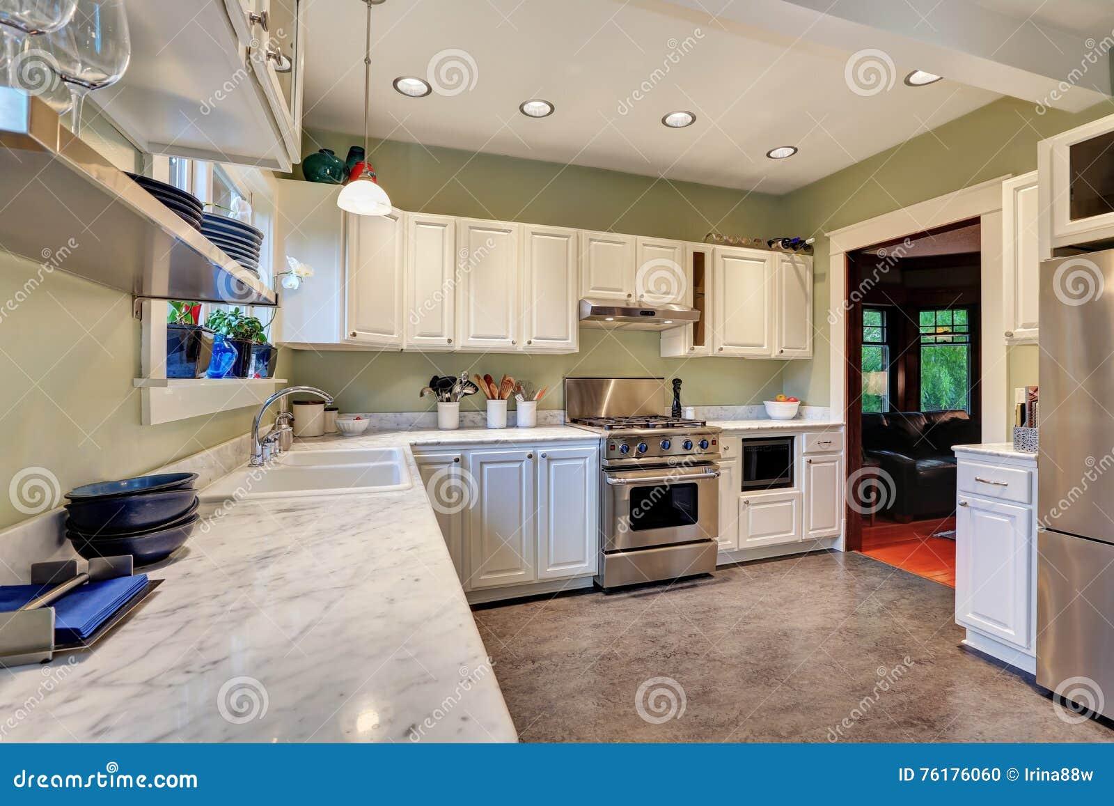 Plan De Cuisine En Marbre intérieur lumineux de cuisine avec le plan de travail de