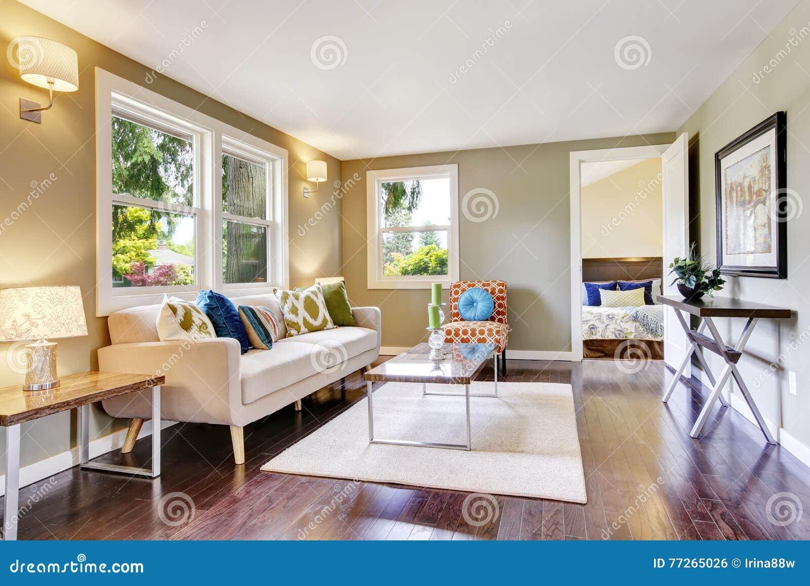 Intérieur meublé moderne de salon avec le plancher en bois dur