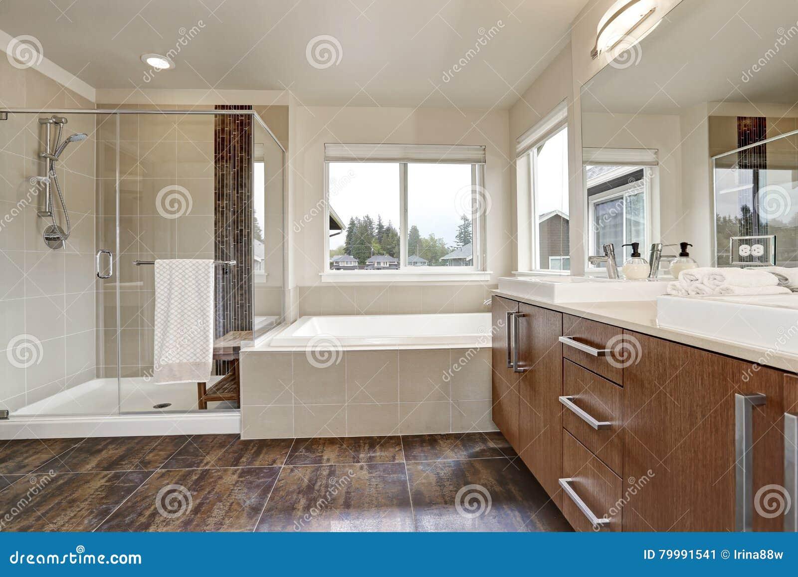 Interieur Moderne Blanc De Salle De Bains Dans La Maison Toute Neuve
