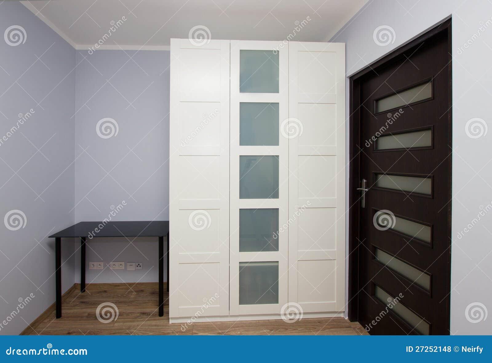 Int rieur moderne d 39 appartement avec la garde robe photos libres de droit - Photo interieur appartement moderne ...