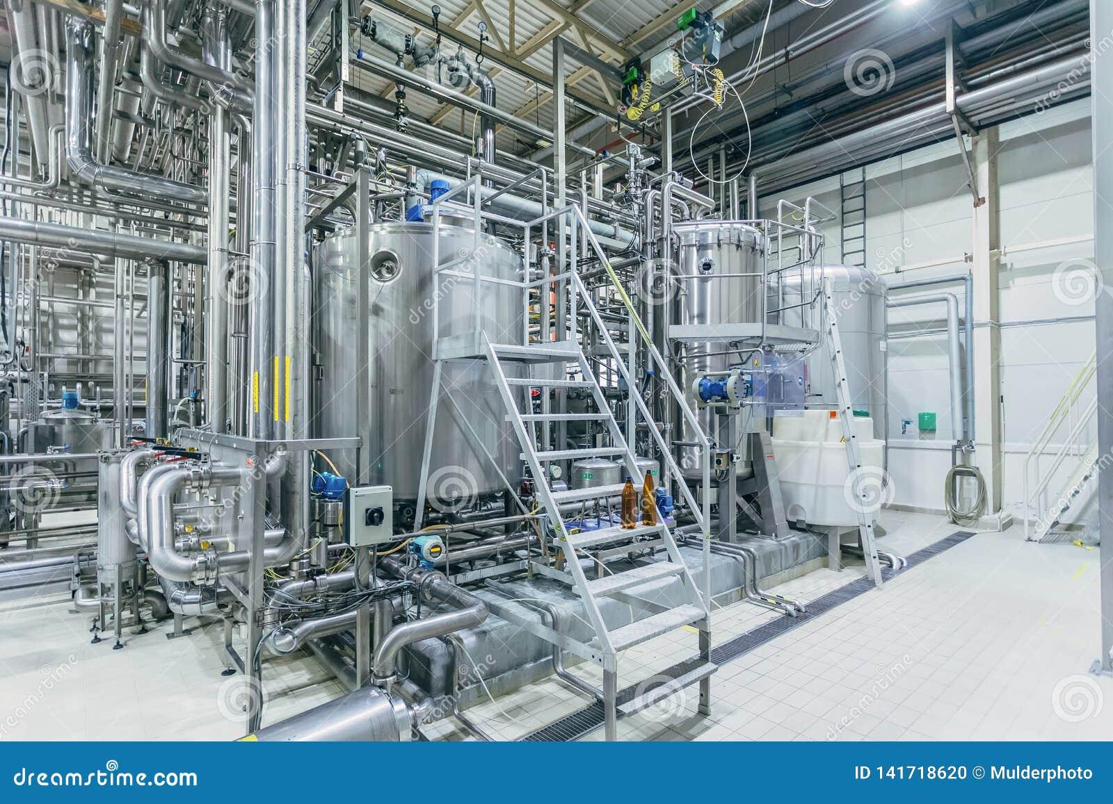 Intérieur moderne de brasserie Cuves de filtration, canalisation, valves et tout autre équipement de chaîne de production de bièr