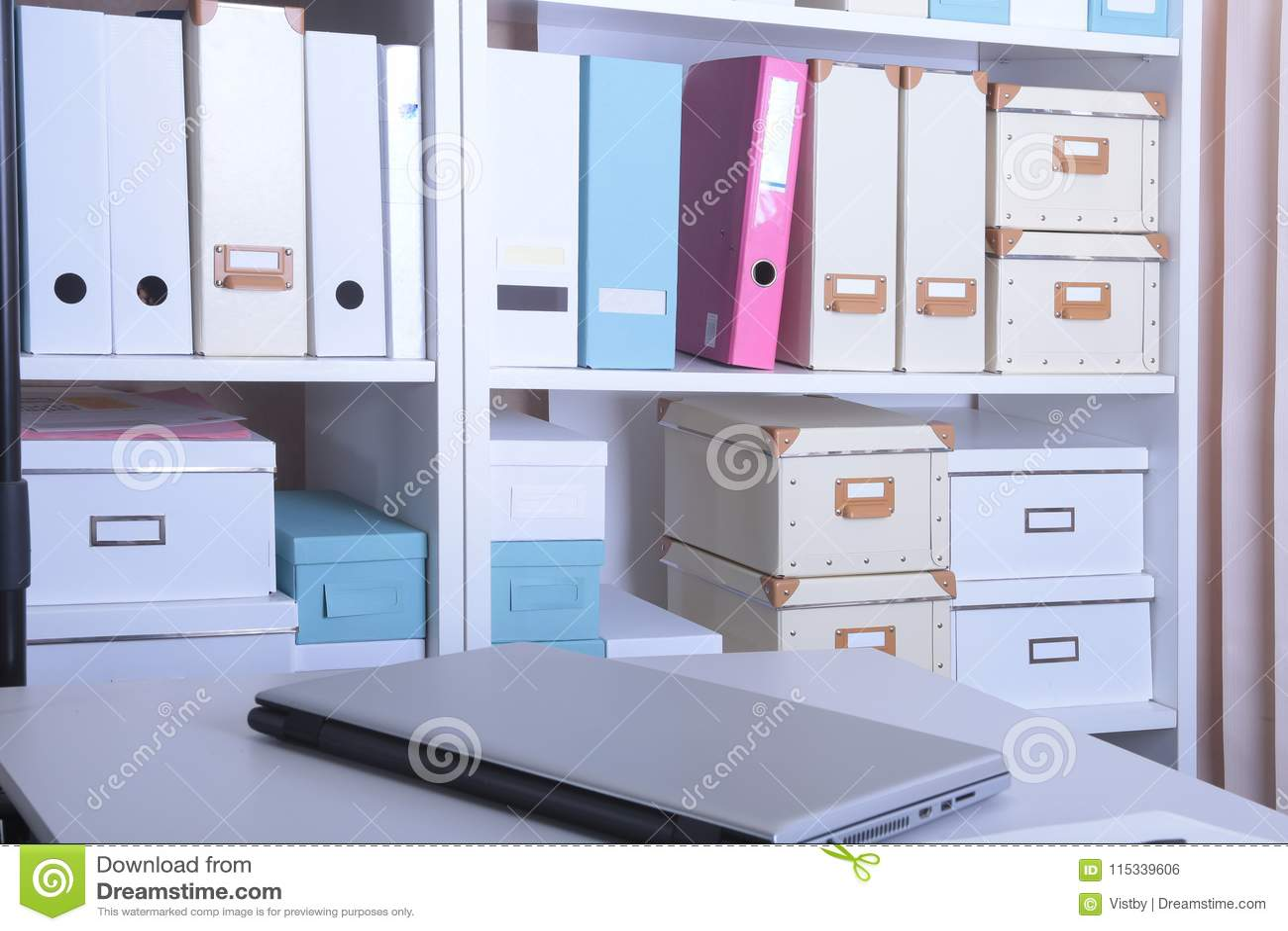 Intérieur moderne de bureau avec l ordinateur portable, les chaises et les bibliothèques