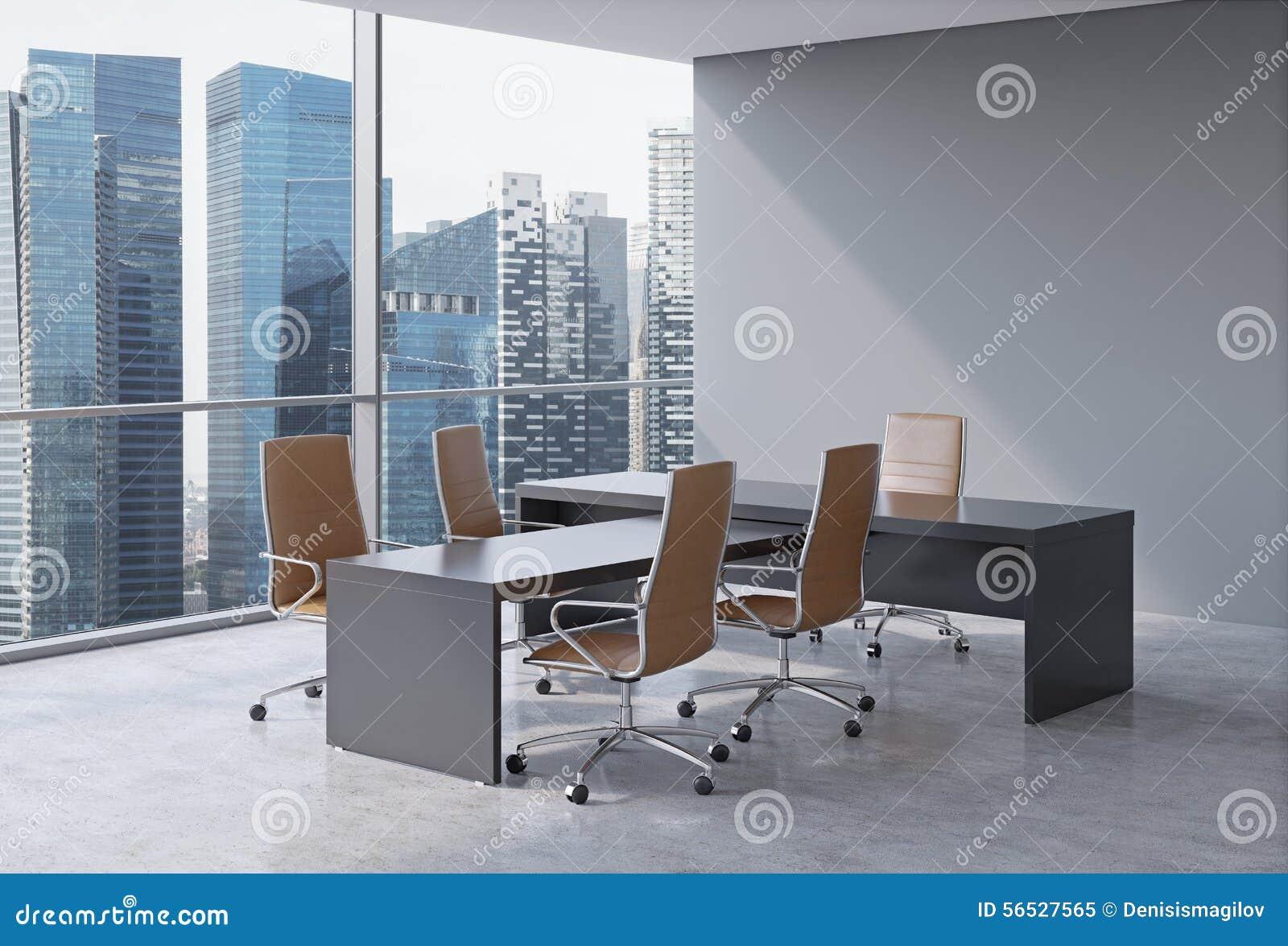 Intérieur moderne de bureau avec les fenêtres énormes et la vue