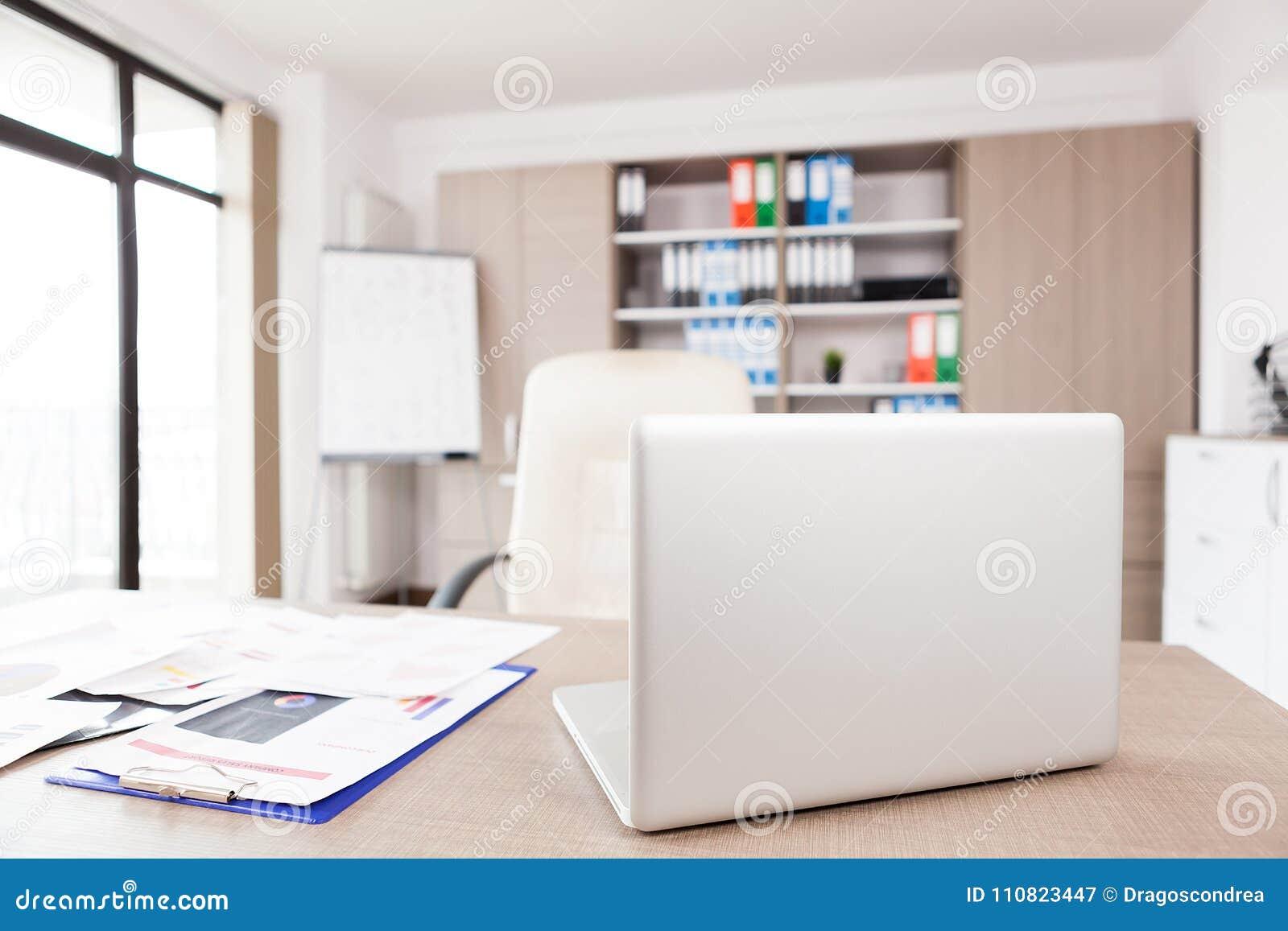 Intérieur moderne de bureau avec une table image stock image du