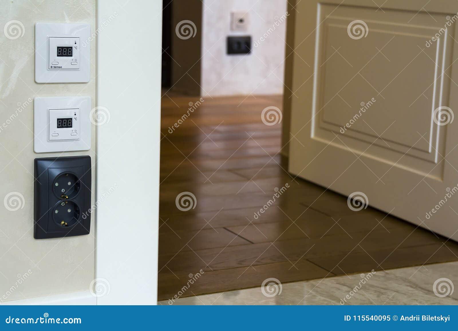Interieur Moderne De Maison Avec Les Panneaux Chauds De Controleur