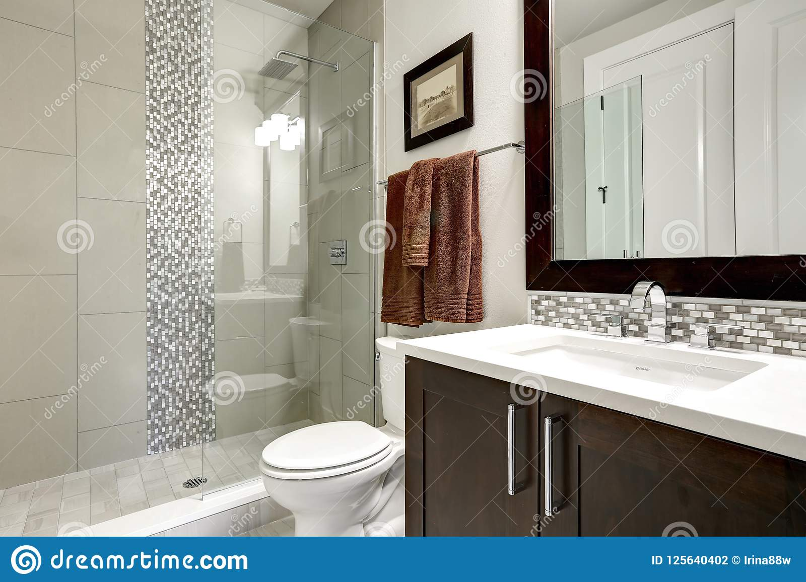 Salle De Bain Avec Bois intérieur moderne de salle de bains avec les coffrets foncés