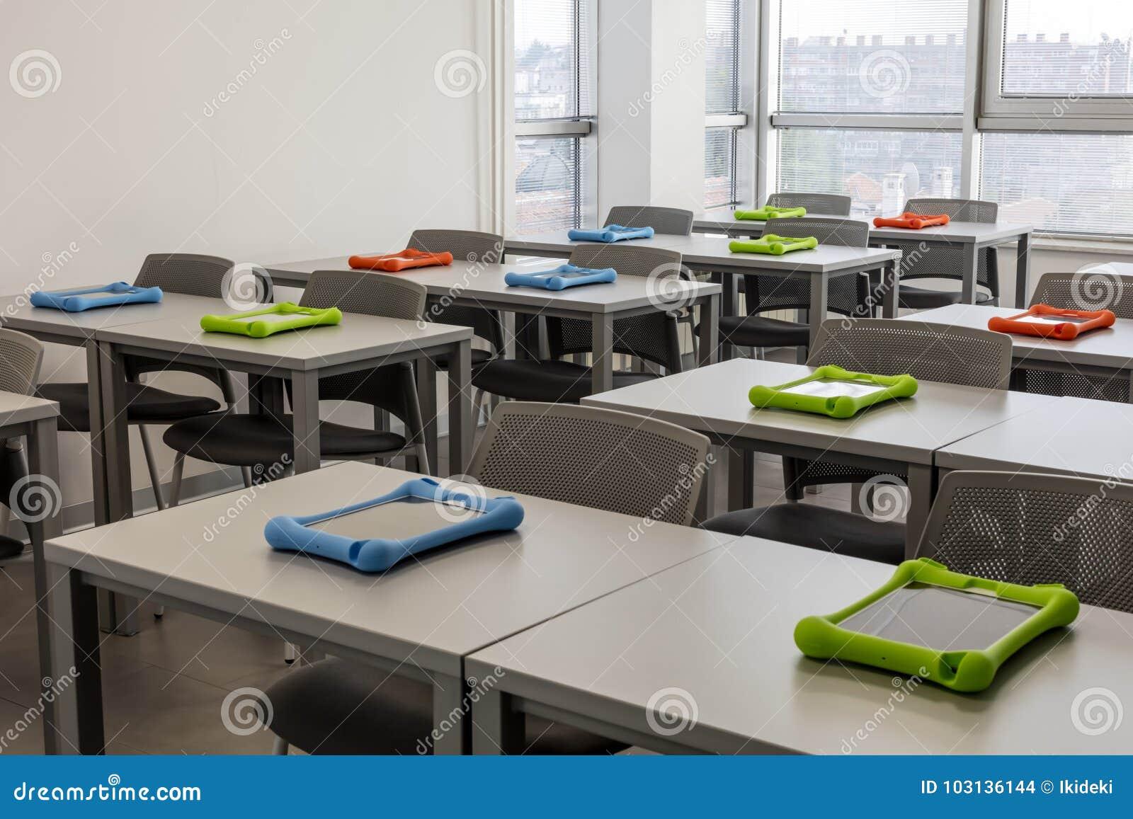 Intérieur moderne de salle de classe avec des bureaux de travail