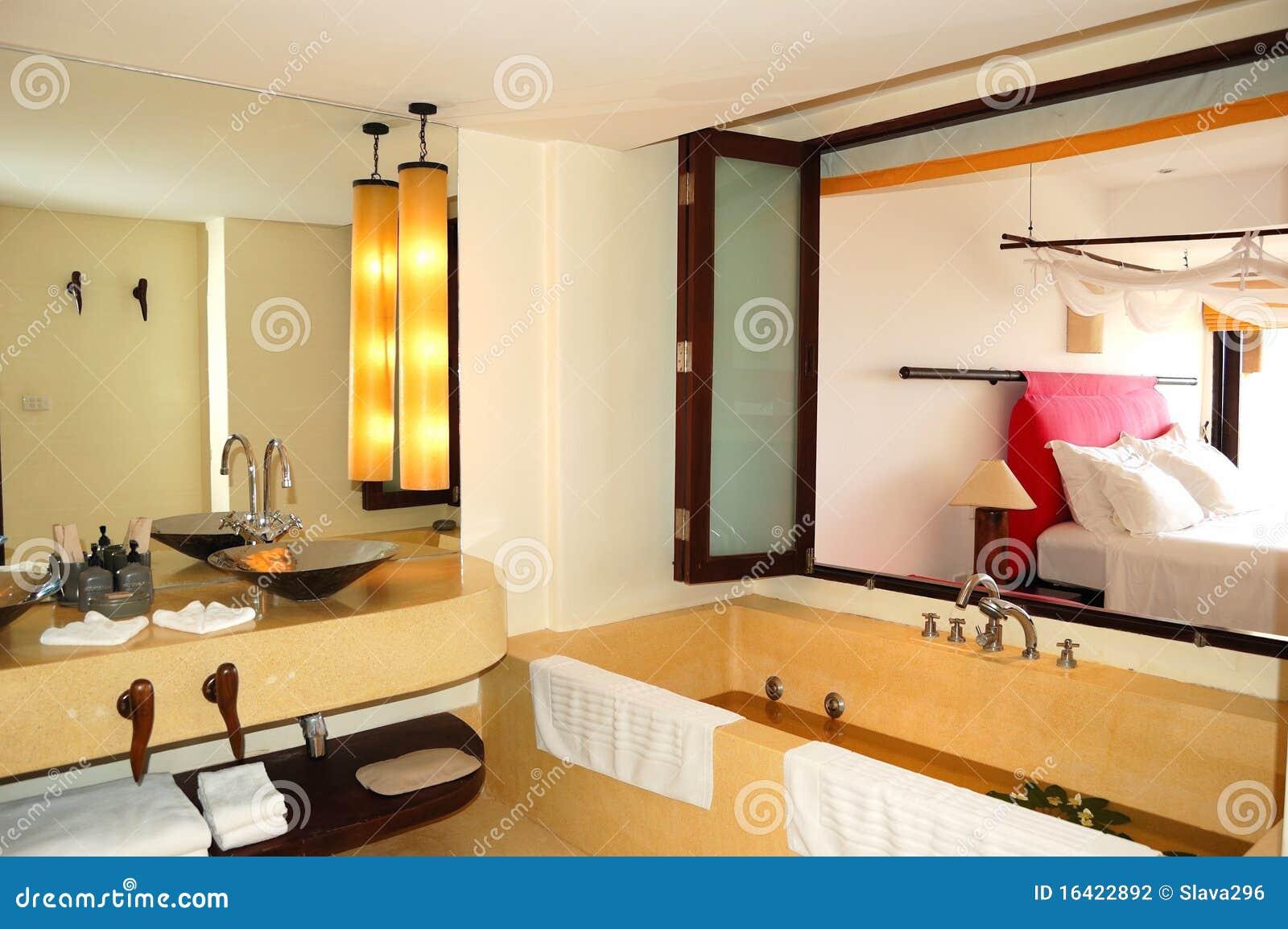 Int rieur moderne de salle de bains la villa de luxe photographie stock image 16422892 for Interieur salle de bain