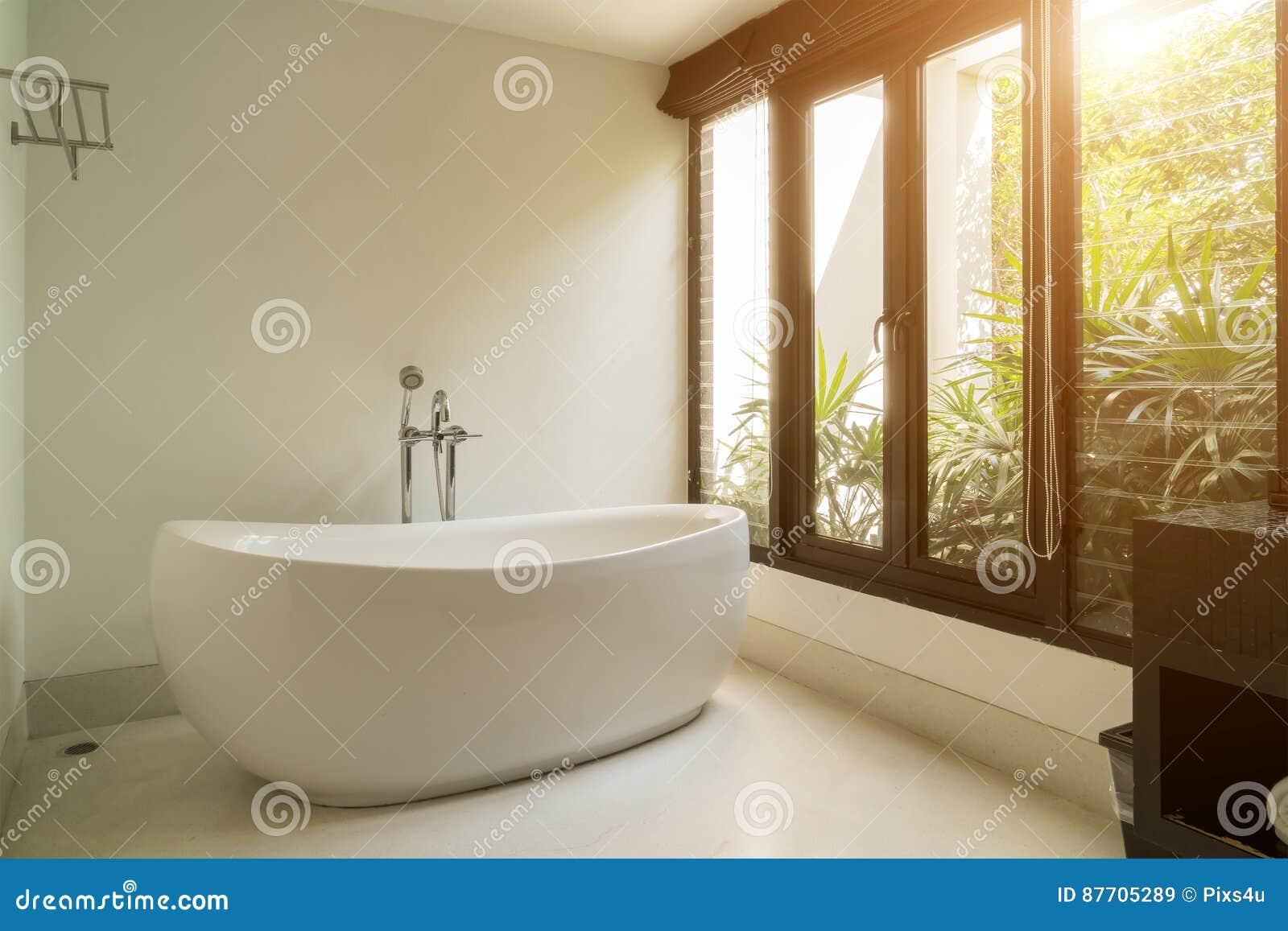 Intérieur moderne de salle de bains avec la baignoire ovale blanche