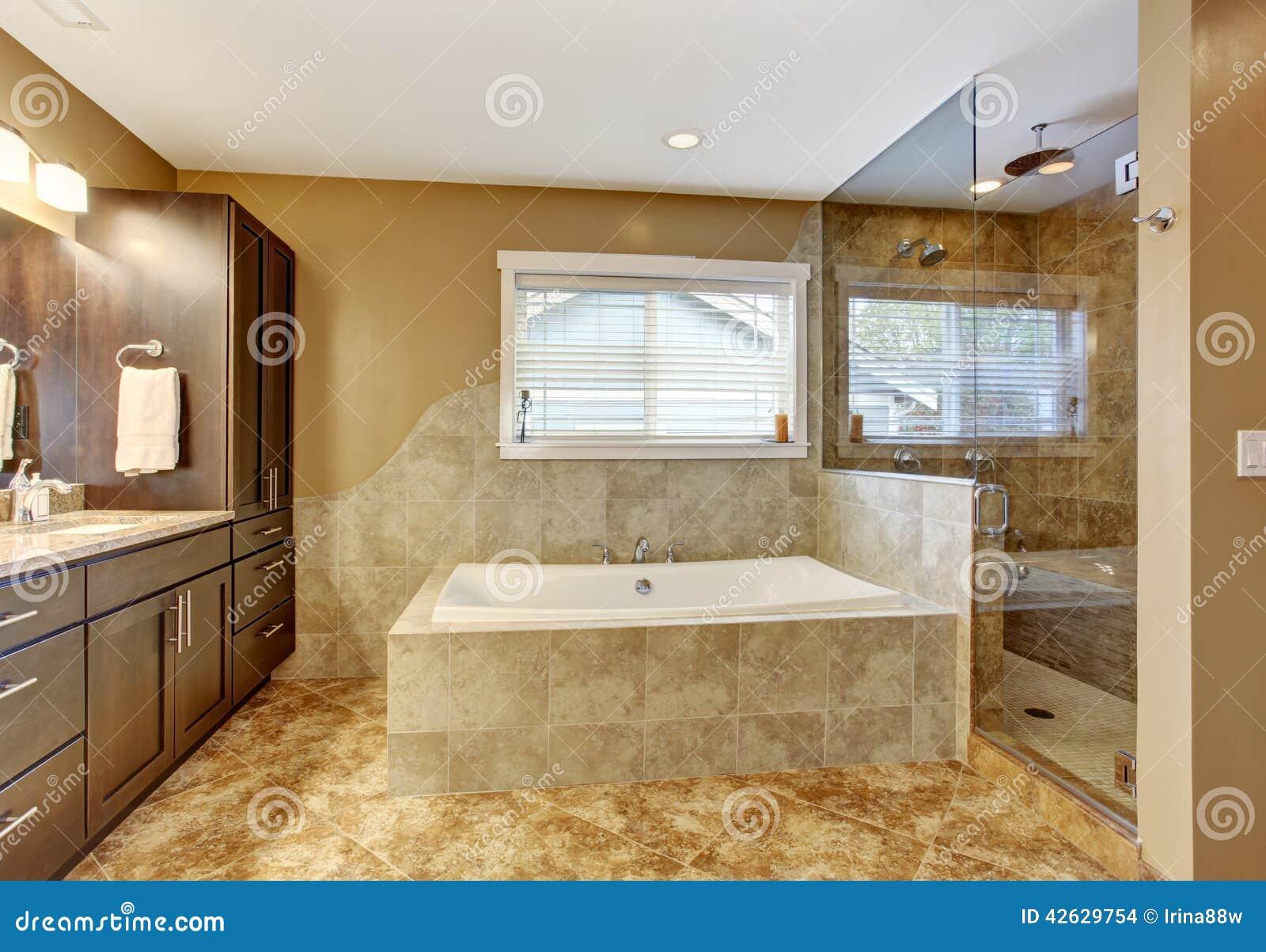 Int rieur moderne de salle de bains avec la douche en verre de porte photo stock image du - Porte interieur salle de bain ...