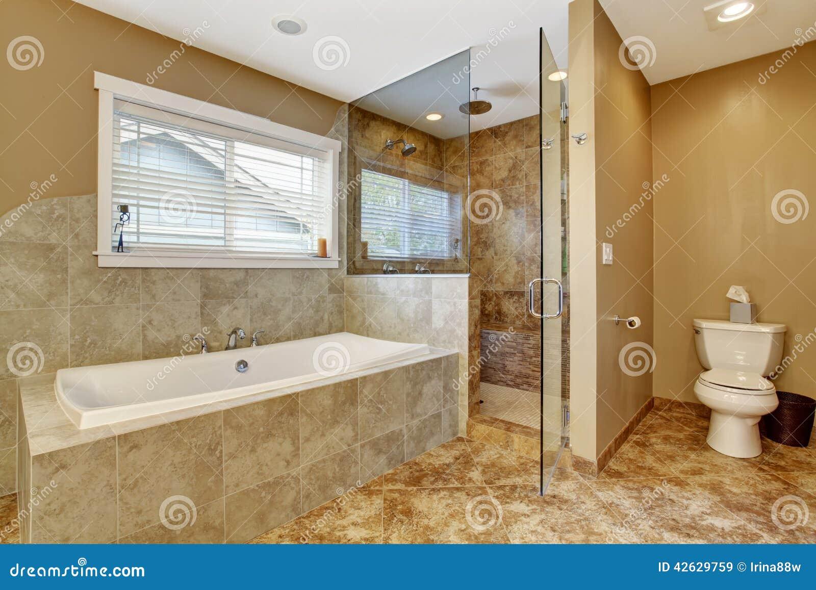 Int rieur moderne de salle de bains avec la douche en - Interieur salle de bain moderne ...
