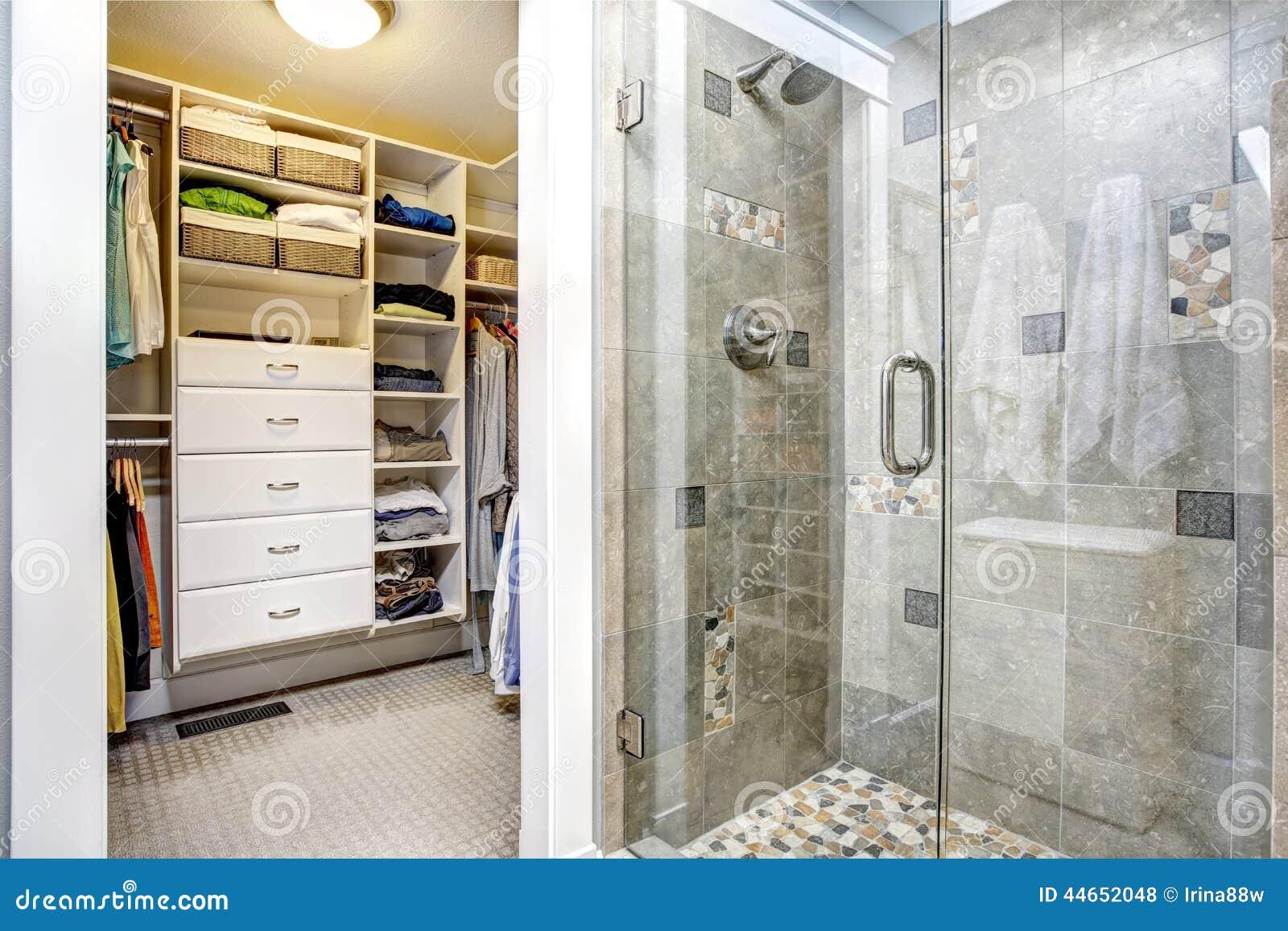int rieur moderne de salle de bains avec la penderie photo