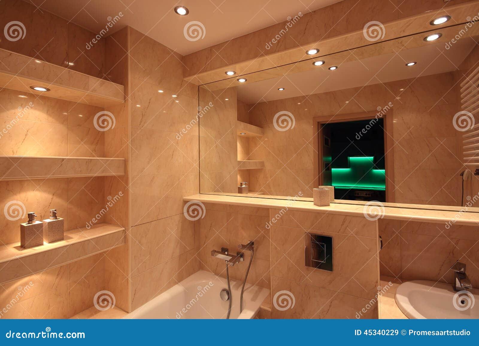 Int rieur moderne de salle de bains de maison photo stock for Interieur salle de bain