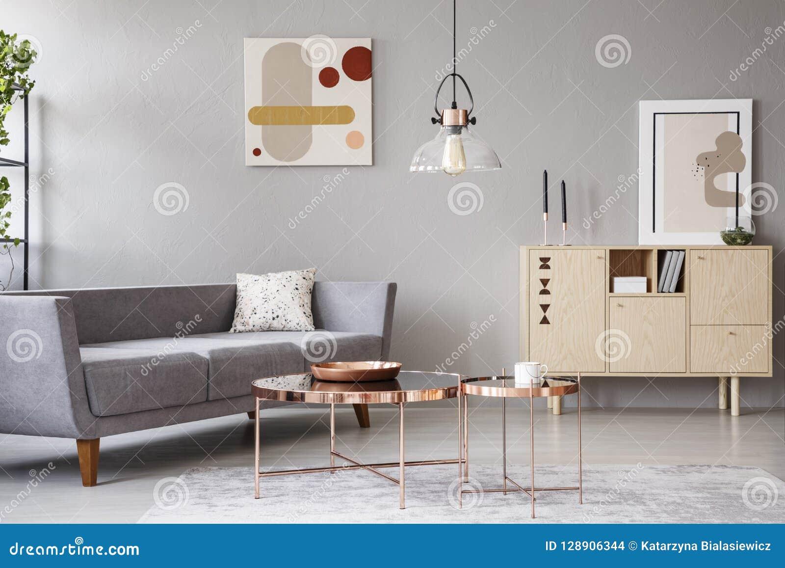Intérieur Moderne De Salon Avec Un Sofa, Des Tables Basses De Cuivre Et Un  Placard