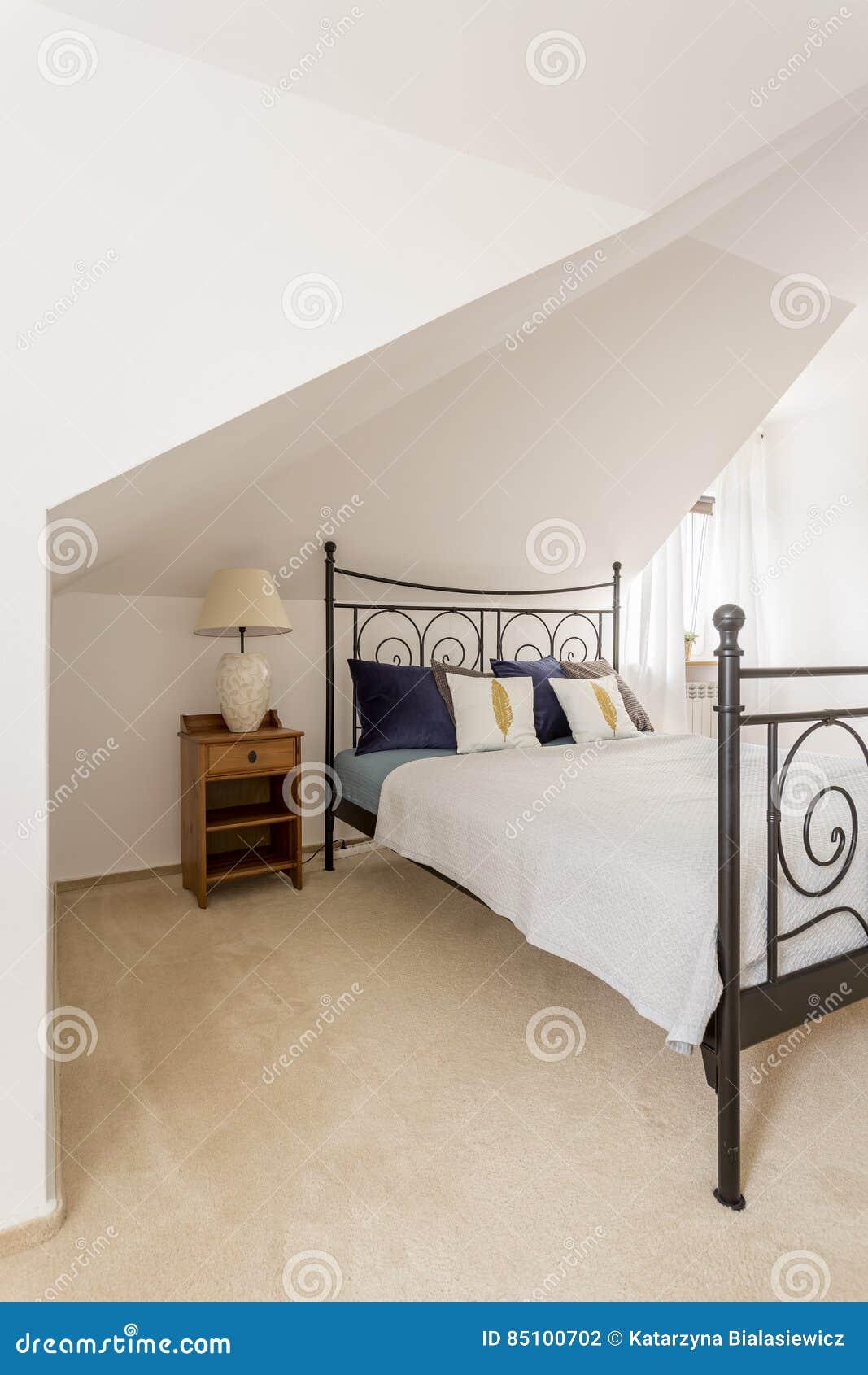Intérieur moderne et spacieux de chambre à coucher