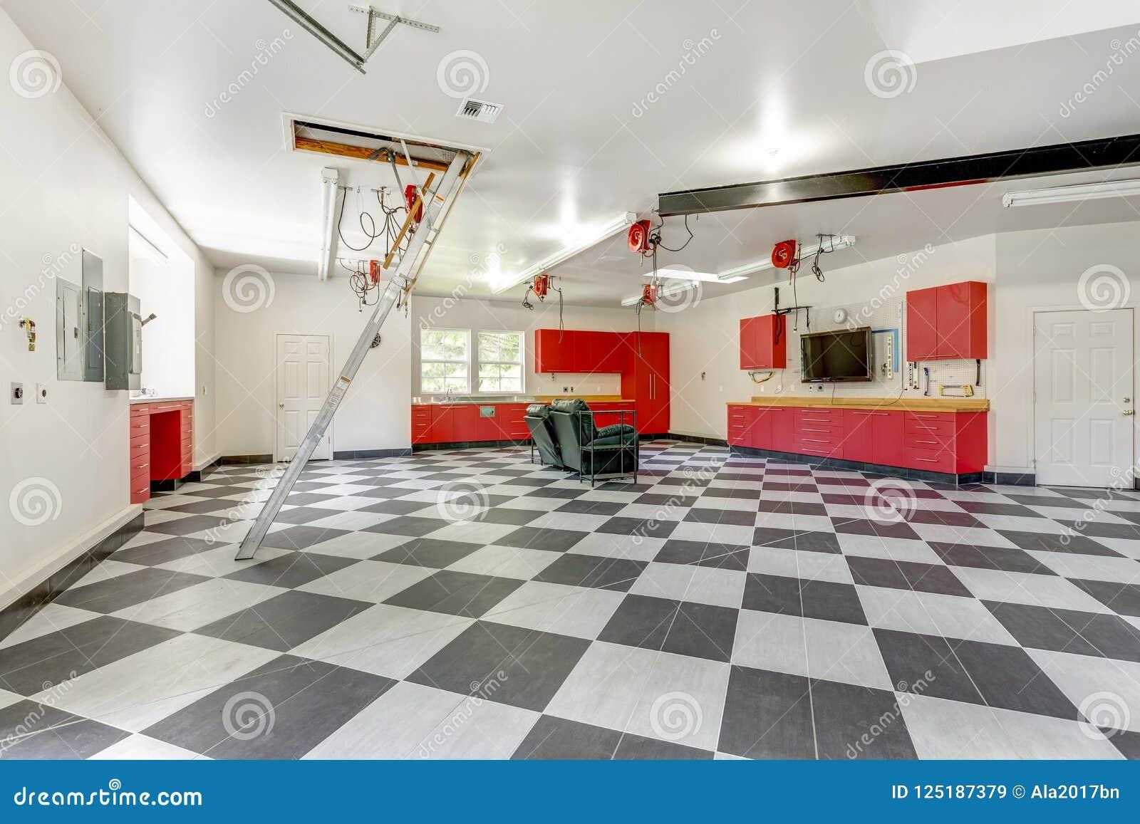 Intérieur moderne spacieux de garage