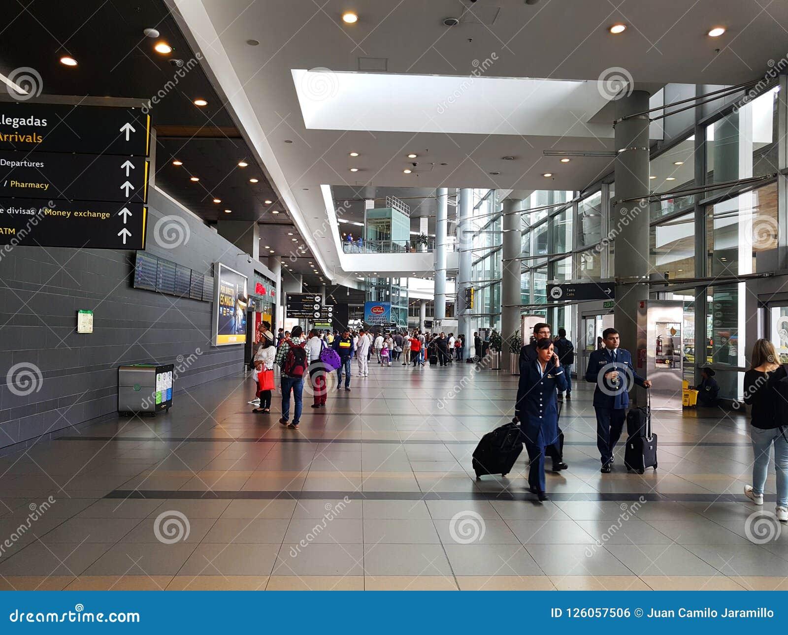 Intérieur ou intérieur de l EL Dorado d aéroport à Bogota avec le touriste et le pilote internationaux de t