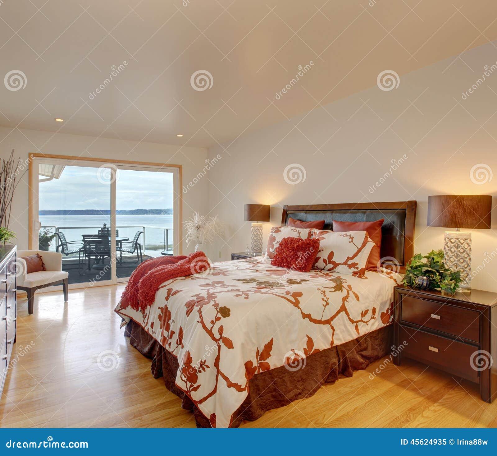 Int Rieur Romantique De Chambre Coucher Principale Avec La Plate Forme De D Brayage Photo