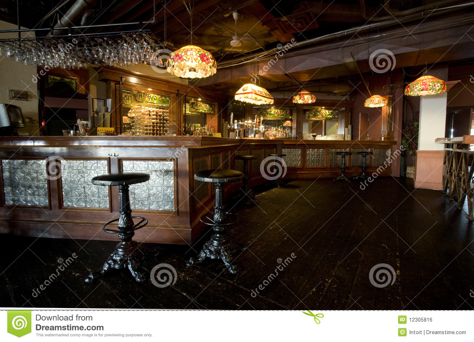 Int rieur rustique de bar de pub image libre de droits for Interieur rustique