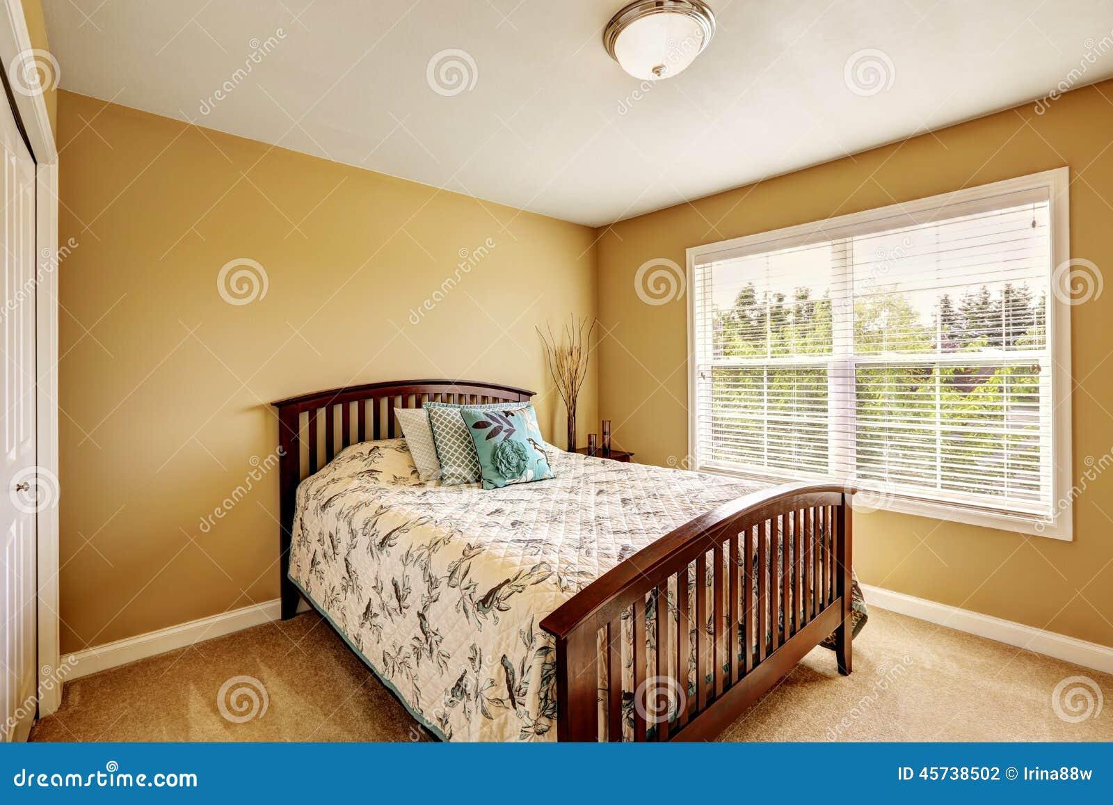 Int rieur simple de chambre coucher avec le lit en bois for Interieur de chambre a coucher