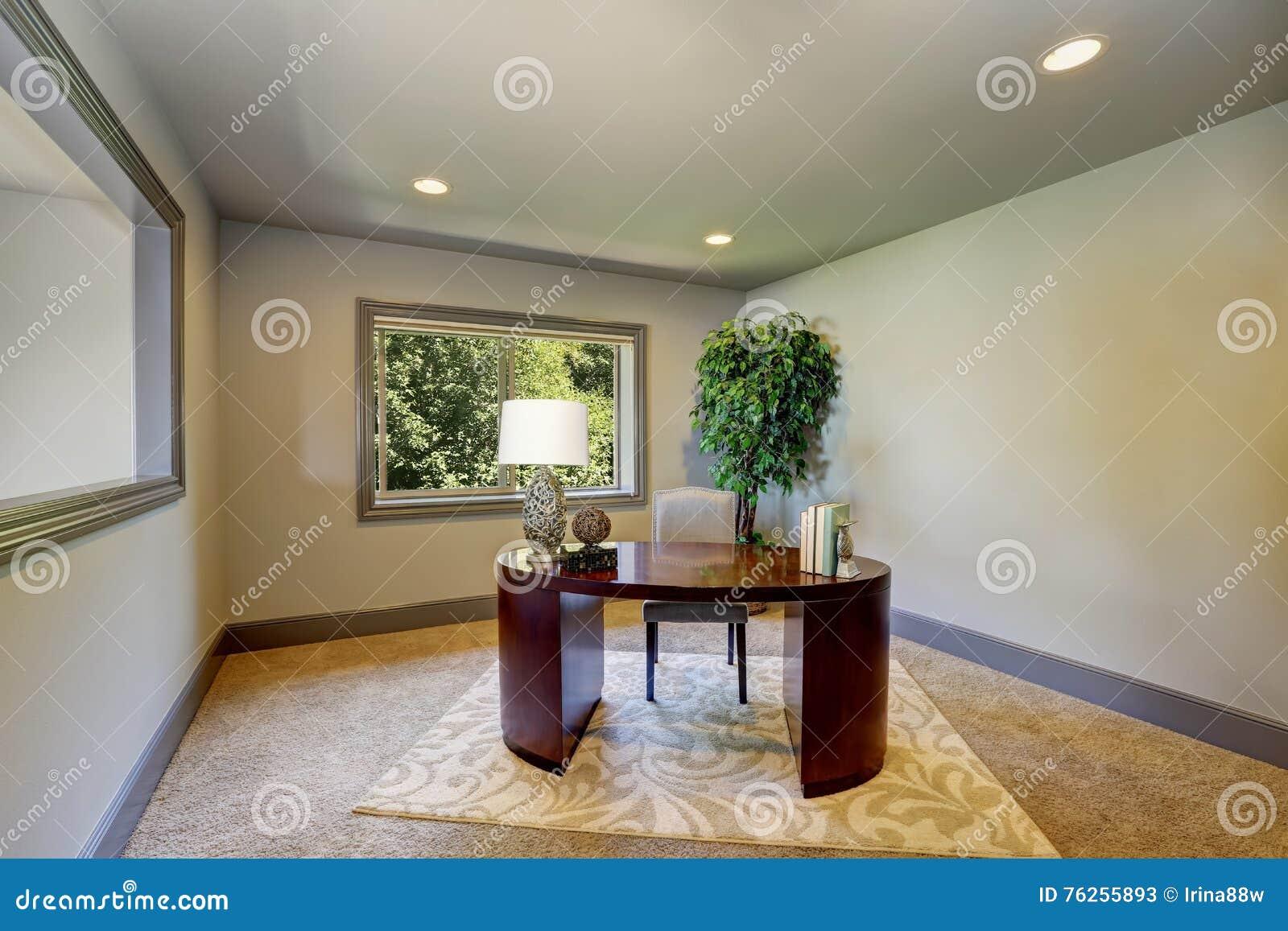 Intérieur simple de siège social avec le bureau en bois de