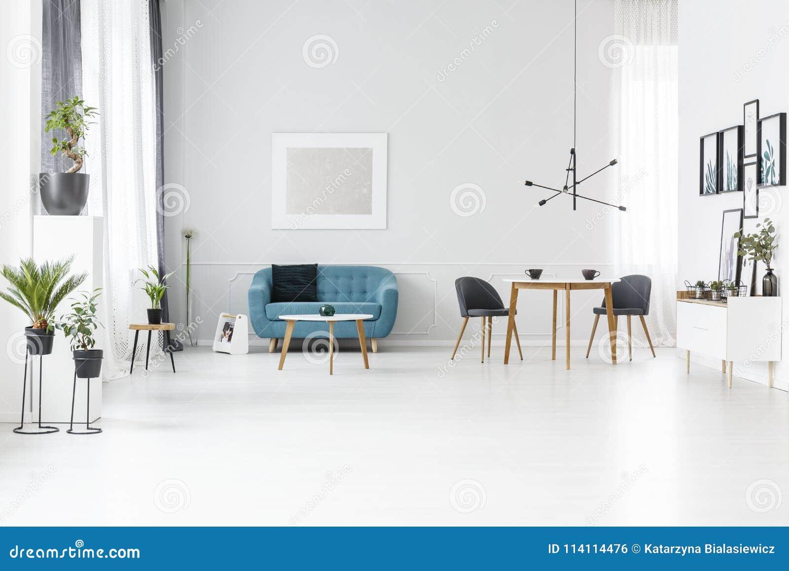 Intérieur spacieux bleu et blanc