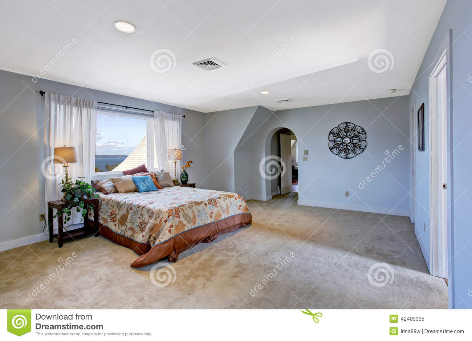 int rieur spacieux de chambre coucher dans la couleur bleu clair. Black Bedroom Furniture Sets. Home Design Ideas