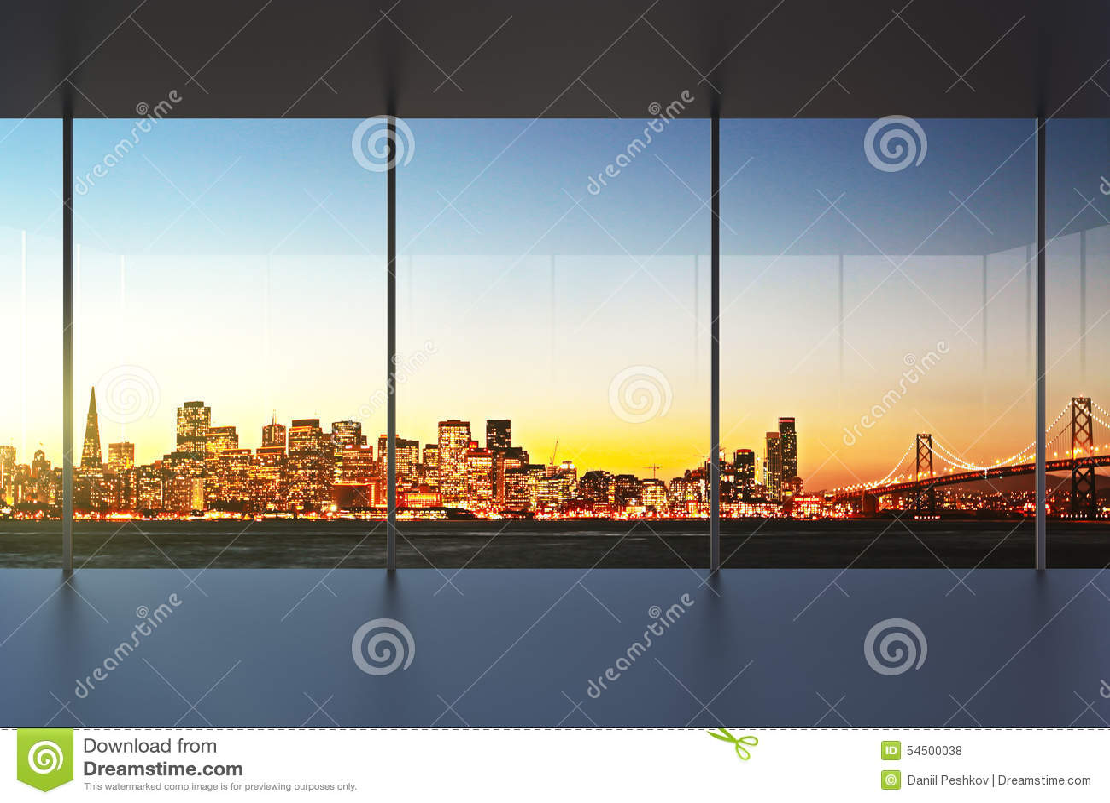 Intérieur vide de bureau au coucher du soleil avec la belle vue