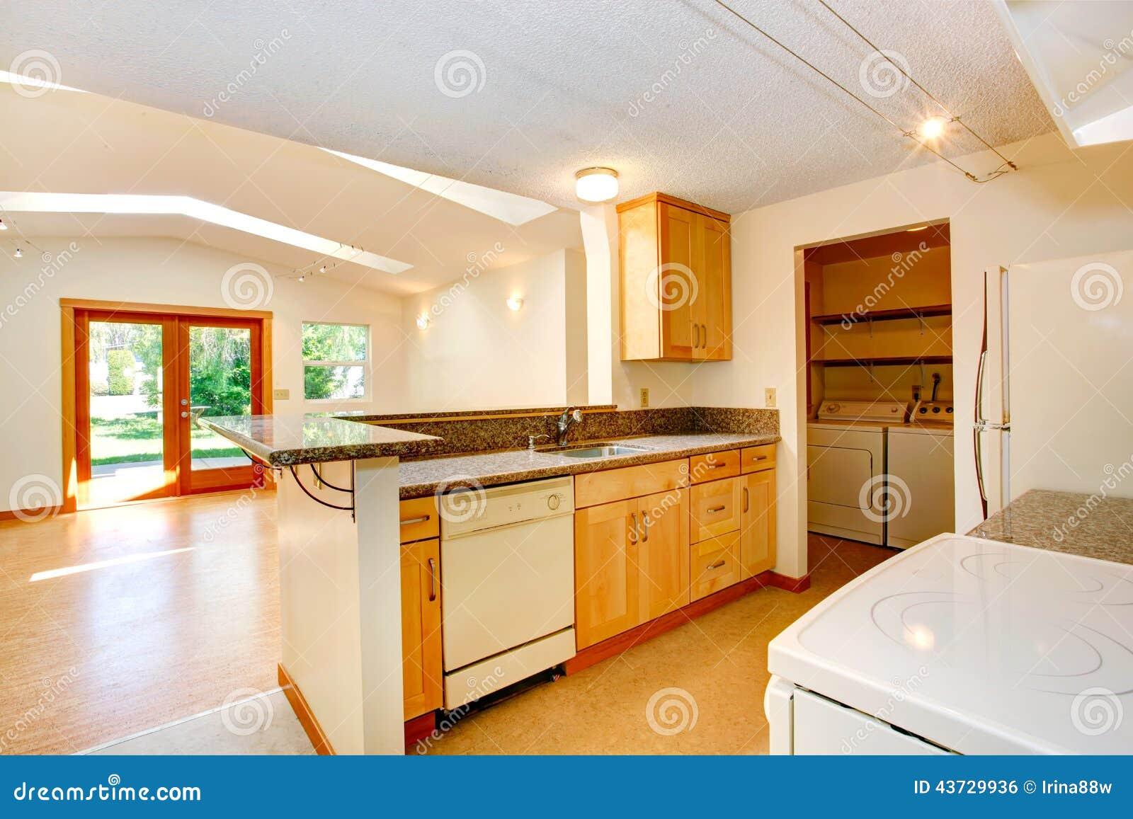 Int rieur vide de maison avec l 39 espace ouvert salon et kitch photo stock - Maison avec vide sur salon ...