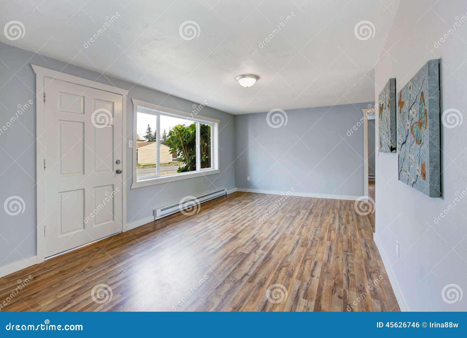 int%C3%A9rieur vide de maison avec les murs bleu clair 45626746