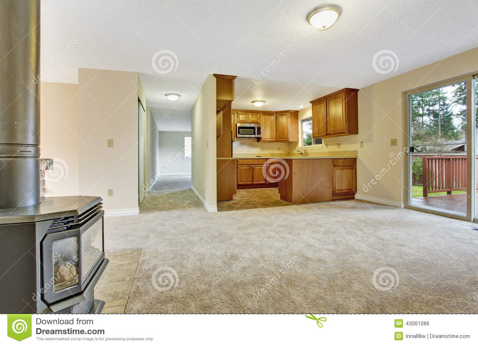 int rieur vide de maison salon avec le secteur de cuisine