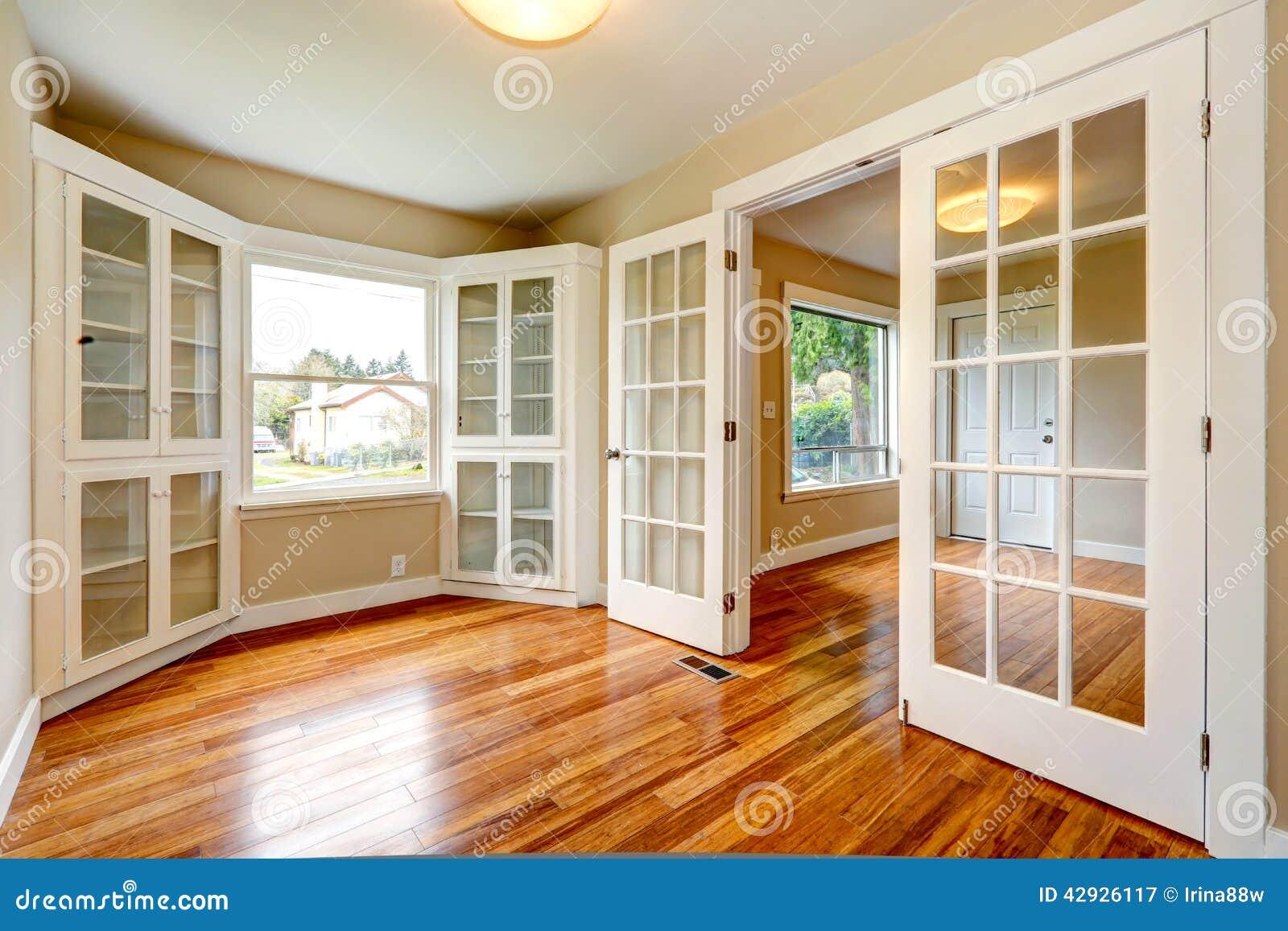Intérieur vide de maison vue de couloir d entrée et de pièce de