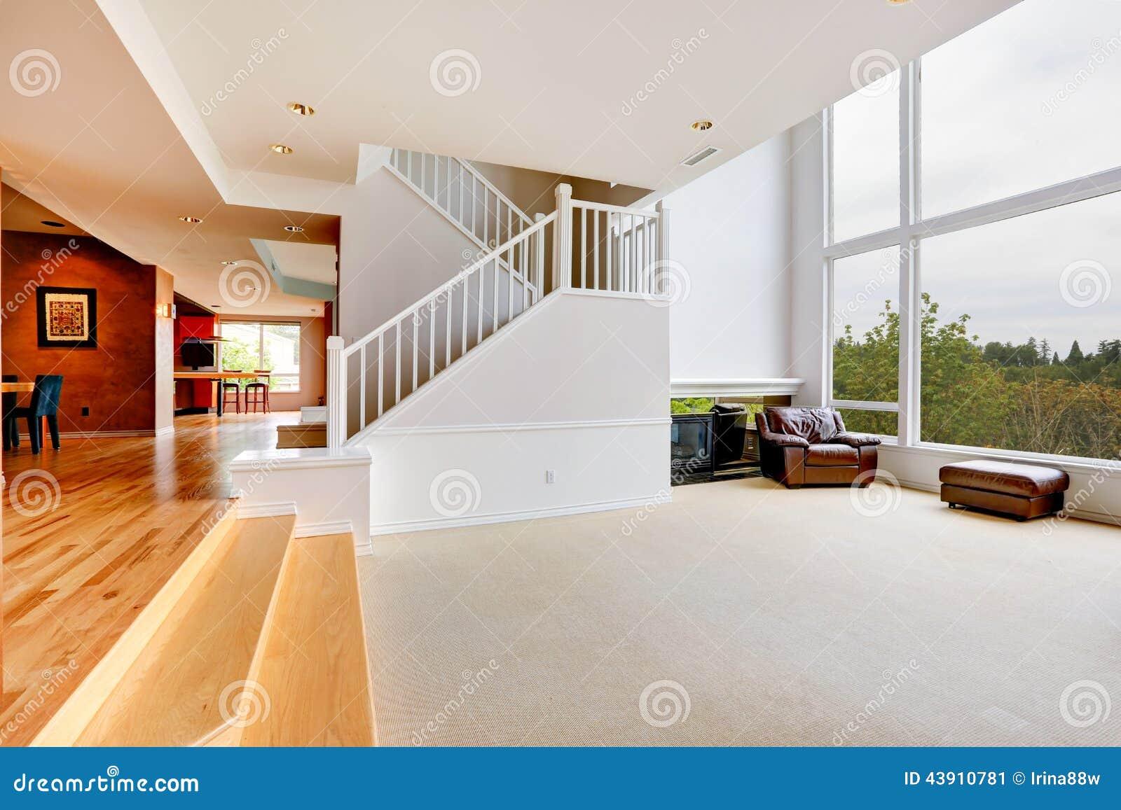 Intérieur vide lumineux de maison avec la grande fenêtre