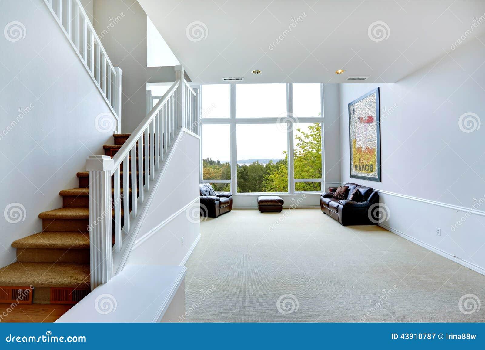 Intérieur vide lumineux de maison avec la grande fenêtre photographie stock libre de droits