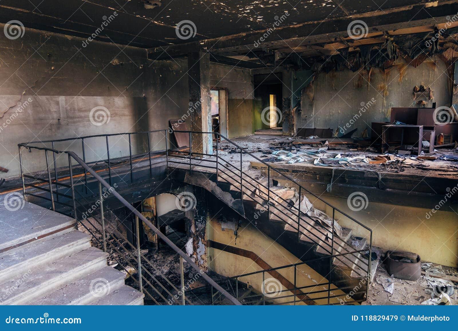 Intérieurs brûlés après le feu dans l immeuble industriel ou de